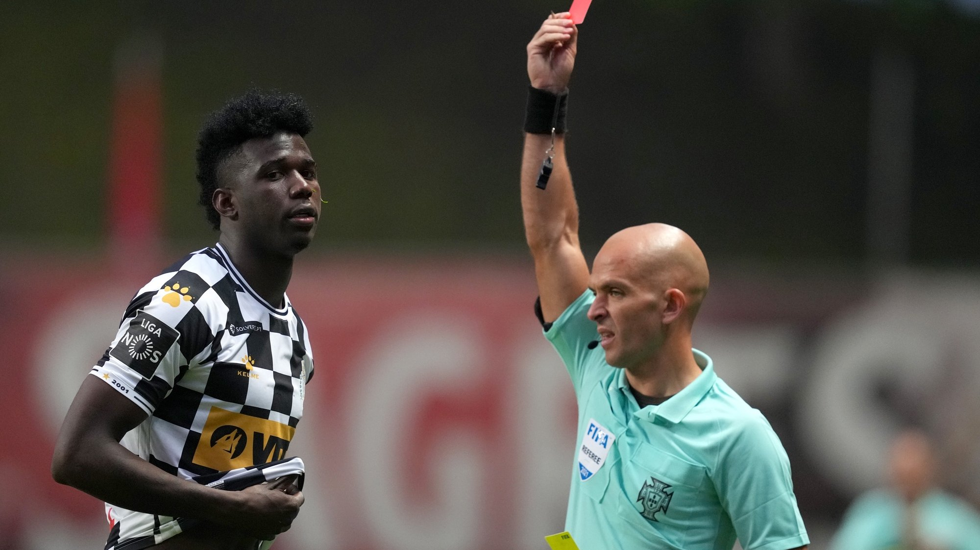 Jackson Porozo do Boavista é expulso pelo árbitro Luis Godinho durante o jogo entre o Sporting de Braga e o Boavista a contar para a Primeira Liga de Futebol realizado no Estádio Municipal de Braga, 21 de abril de 2021. HUGO DELGADO/LUSA