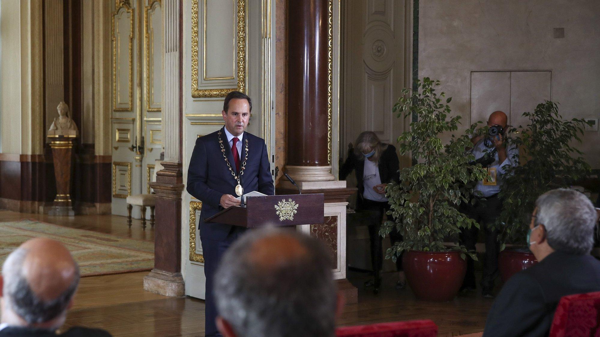 O presidente em exercício da Câmara Municipal de Lisboa, Fernando Medina, discursa no Salão Nobre durante as comemorações oficiais do 5 de Outubro, Dia da Implantação da República Portuguesa, realizadas na Câmara Municipal de Lisboa, 5 de outubro de 2021. MANUEL DE ALMEIDA/LUSA