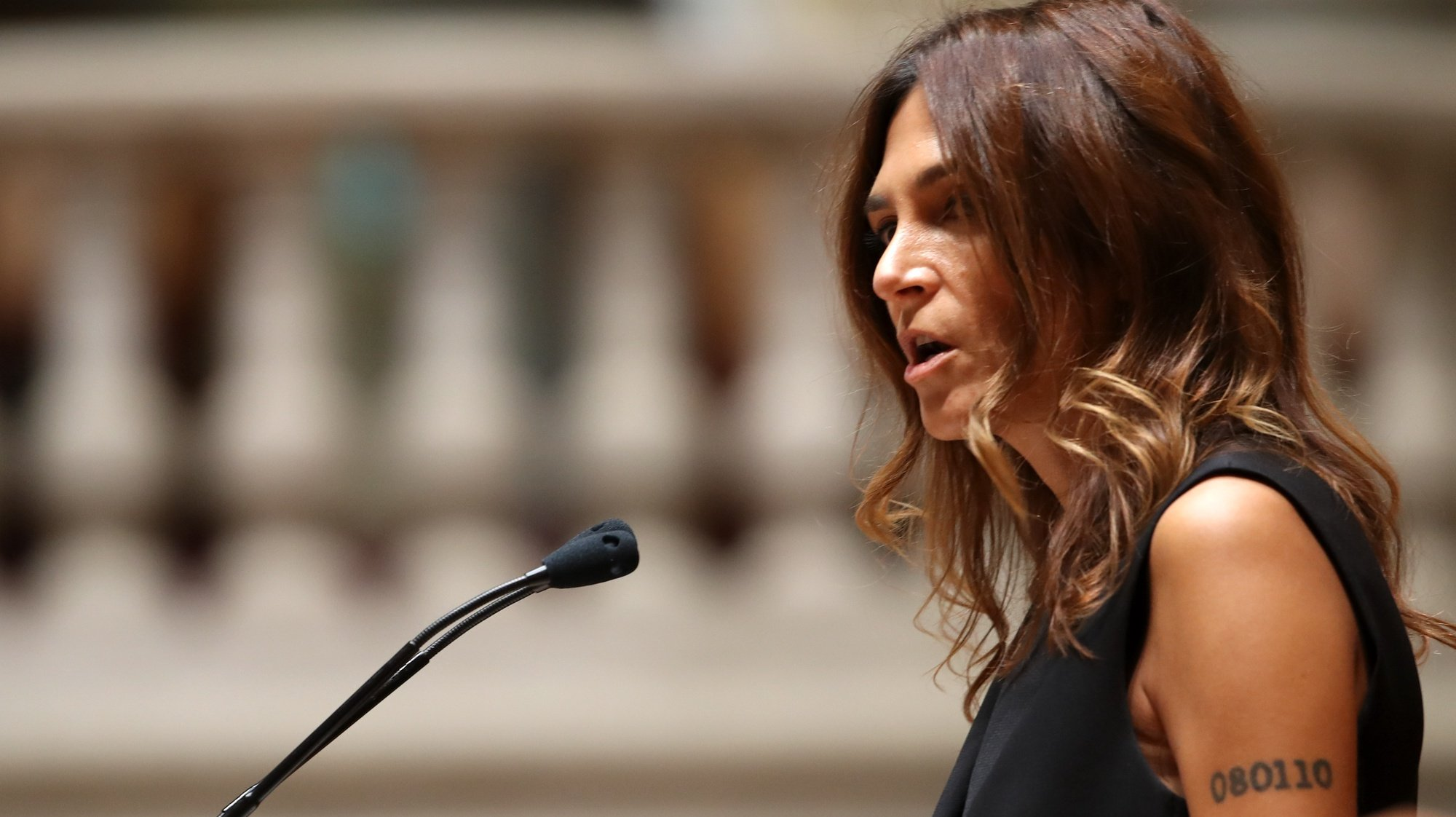 A deputada do Partido Socialista (PS), Isabel Moreira, fala durante a sessão plenária sobre o Projeto de Resolução n.º 679/XIV/2.ª, que propõe a realização de um referendo sobre a (des)penalização da morte a pedido (eutanásia), na Assembleia da República, em Lisboa, 22 de outubro de 2020.  MANUEL DE ALMEIDA/LUSA