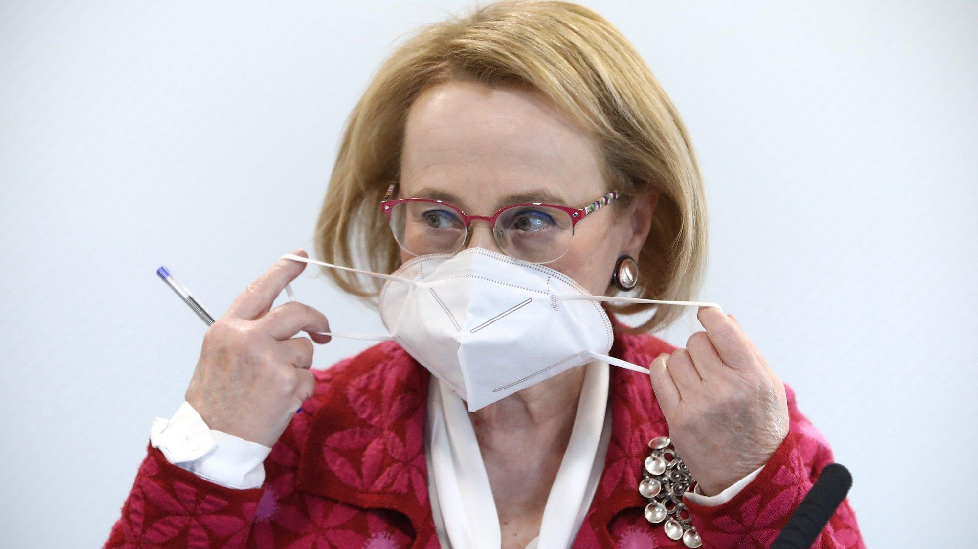 A diretora-geral da Saúde, Graça Freitas, retira a sua máscara de proteção respiratória à chegada para a conferência de imprensa de atualização da situação epidemiológica em Portugal, relativa à infeção pelo novo coronavírus (Covid-19), realizada no Ministério da Saúde, em Lisboa, 23 de novembro de 2020. Portugal regista até ao momento 3.971 (+74) mortes associadas à Covid-19 e 264.802 (+4.004) infetados, segundo o boletim divulgado pela Direção-Geral da Saúde (DGS). ANTÓNIO PEDRO SANTOS/POOL/LUSA