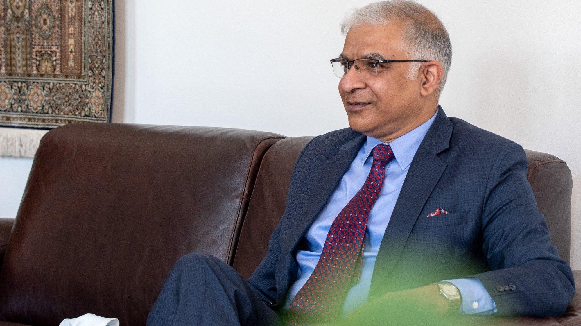 """O embaixador da Índia junto da União Europeia (UE), Santosh Jha, em entrevista à Lusa na embaixada da Índia em Bruxelas, no âmbito da reunião de líderes UE-Índia que decorrerá, de maneira virtual, no próximo sábado, Santosh Jha diz que """"se se observar a trajetória económica da Índia"""", vê-se que o país """"será a terceira economia do mundo"""" em 2030, sendo """"muito possível"""" que, mais tarde, """"se torne na segunda ou na primeira, 03 de maio de 2021. (ACOMPANHA TEXTO DE 5 DE MAIO DE 2021 ) TONY DA SILVA/LUSA"""