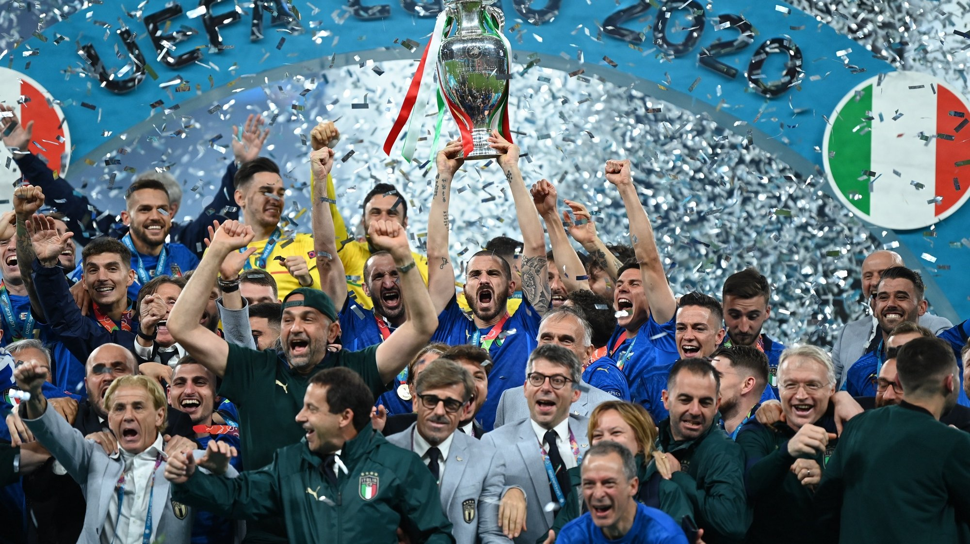 epa09339258 Players of Italy celebrate after winning the UEFA EURO 2020 final between Italy and England in London, Britain, 11 July 2021.  EPA/Michael Regan / POOL (RESTRICTIONS: For editorial news reporting purposes only. Images must appear as still images and must not emulate match action video footage. Photographs published in online publications shall have an interval of at least 20 seconds between the posting.)