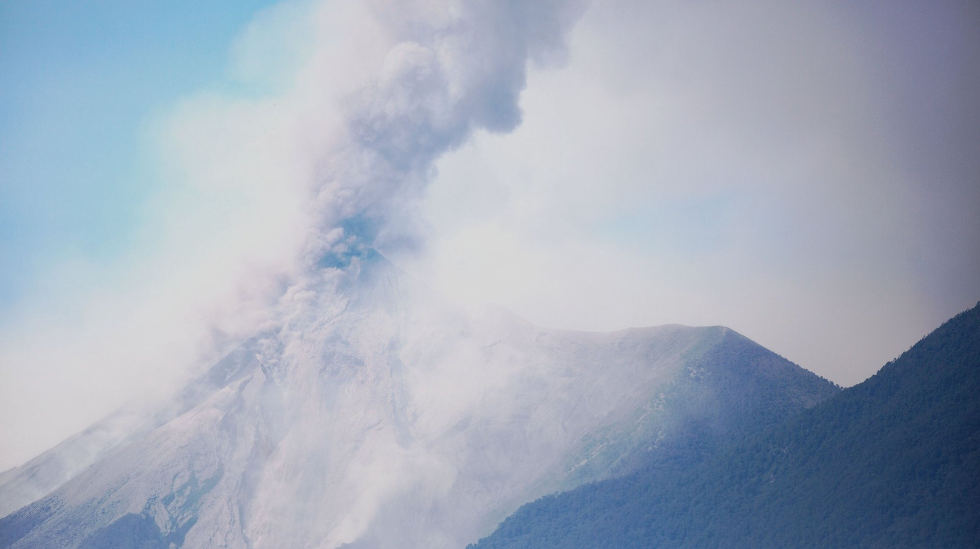 epa06490454 A view of the Fire volcano in Antigua, 50 kms from Guatemala City, Guatemala, 01 February 2018. The volcano, which can expel ash that reaches 5,500 meters above the sea level, registered its first eruption of 2018.  EPA/ESTEBAN BIBA