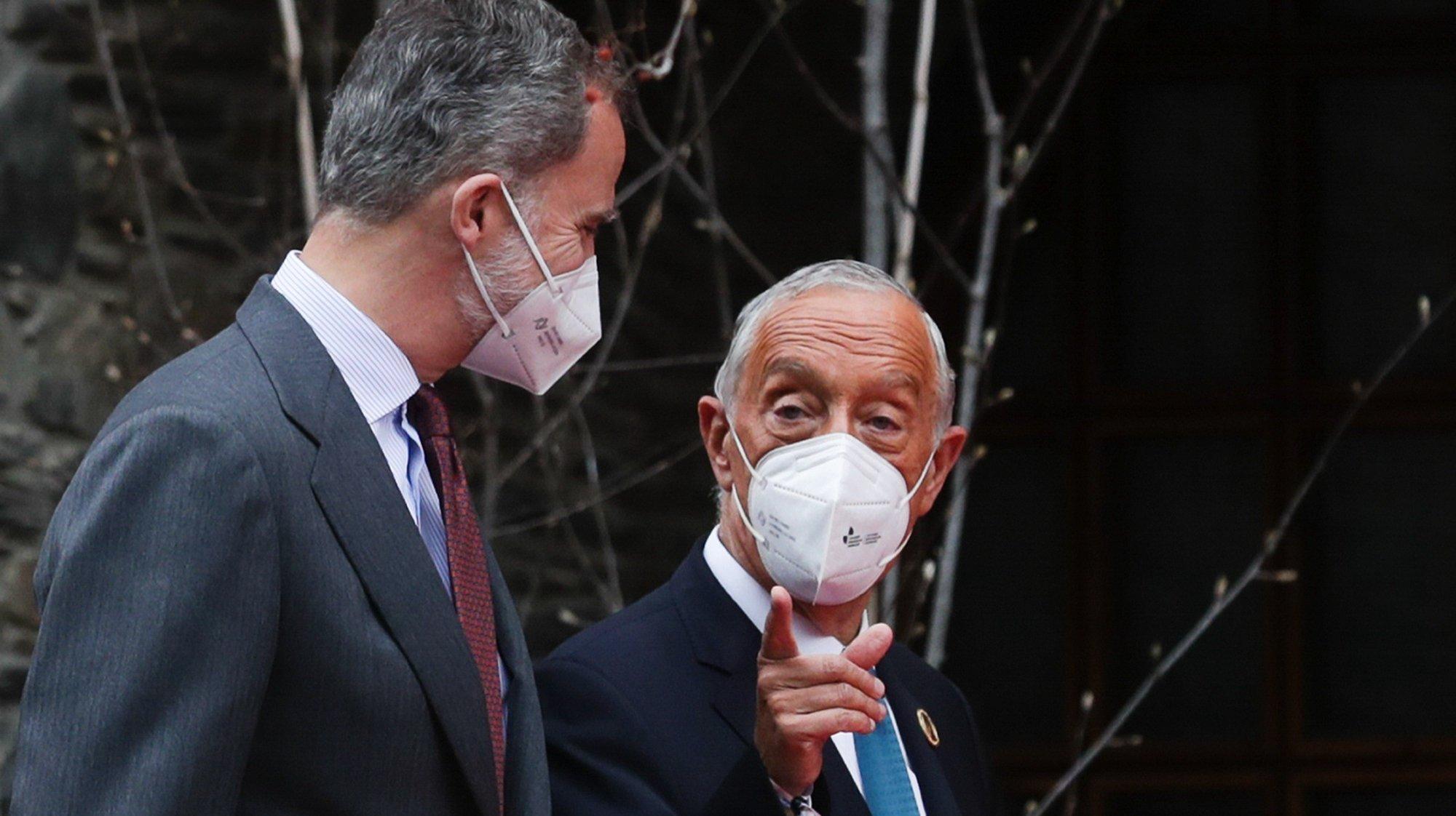 O Presidente da República, Marcelo Rebelo de Sousa (D), conversa com o Rei de Espanha, Filipe VI (E), à chegada para participar na sessão plenária da XXVII Cimeira Ibero-Americana, em Andorra, 21 de abril de 2021. TIAGO PETINGA/LUSA