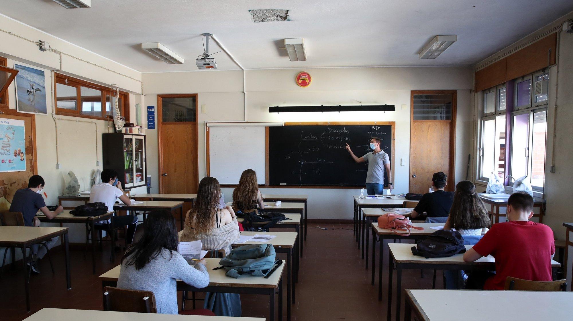Um professor dá uma aula na escola secundária João de Barros, no Seixal,  no ínicio em todo o país das aulas presenciais, 18 de maio de 2020. MANUEL DE ALMEIDA/LUSA