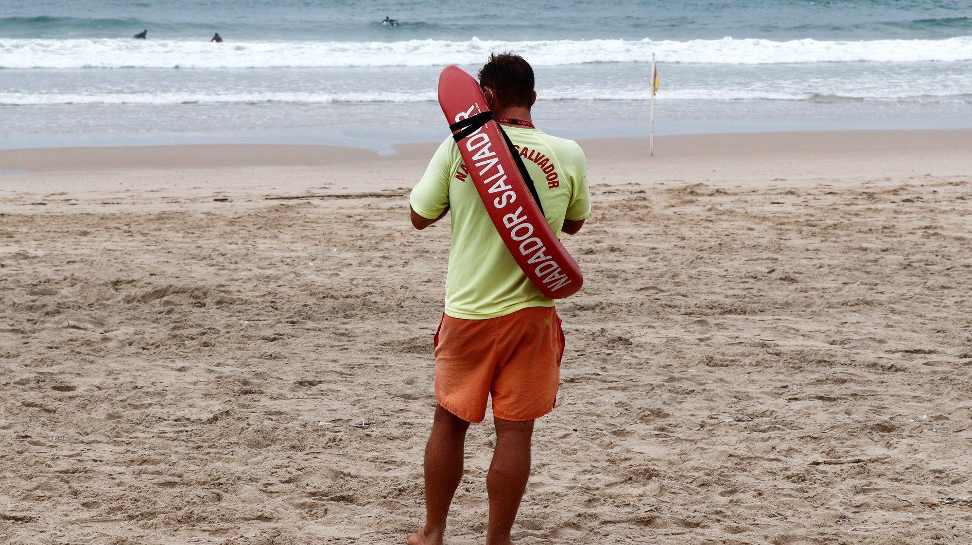 Um nadador salvador assiste à formação nas áreas do resgate e salvamento aquático e Suporte Básico de Vida, numa praia da Costa da Caparica, Almada, 23 de setembro de 2020. ANTÓNIO COTRIM/LUSA