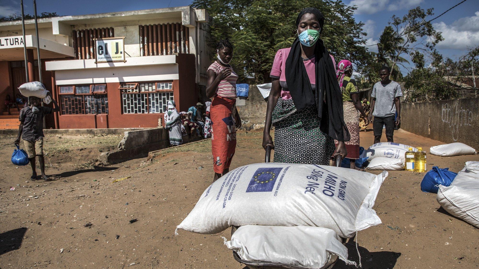 Mulheres recebem o apoio alimentar de emergência do Programa Alimentar Mundial (PAM) a deslocados pela violência armada em Cabo Delgado, em Pemba, Mocambique, 24 de julho 2020. Há 250.000 pessoas afetadas e Pemba é o porto seguro de muitos, em casas de familiares e amigos que de repente passaram a acolher mais de dez, às vezes 20 ou trinta pessoas. (ACOMPANHA TEXTO DE 27 DE JULHO DE 2020). RICARDO FRANCO/LUSA