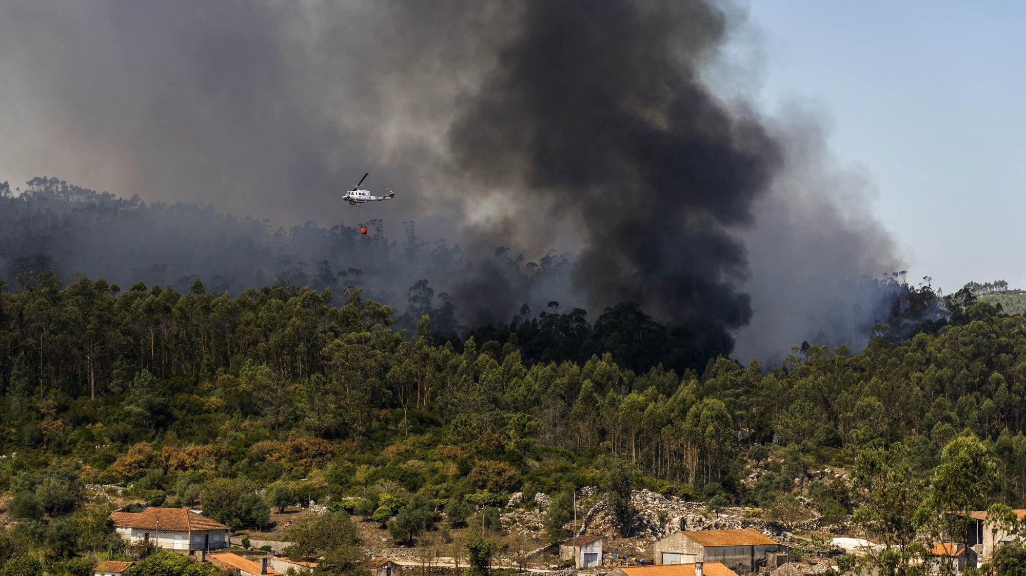 Um helicóptero de combate a fogos faz uma descarga no incêndio que deflagrou na madrugada de domingo no Parque Natural das Serras de Aire e Candeeiros (PNSAC), em Porto de Mós, 07 de setembro de 2020. RUI MIGUEL PEDROSA/LUSA
