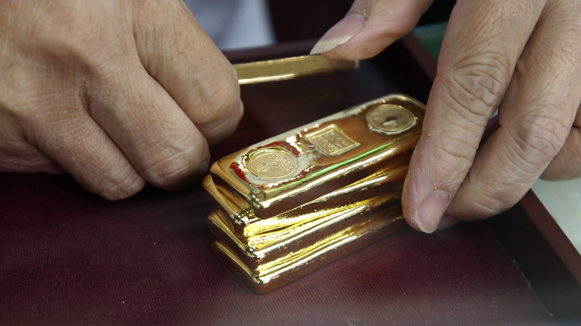 epa08589079 A gold seller checks the weight of gold bars before trading at a gold shop in Chinatown, Bangkok, Thailand, 07 August 2020. People flocked to sell their ornaments after the price of gold rose sharply over 30,000 Thai baht (962.44 US dollar) per baht-weight for gold bars on 06 August 2020. According to the Thai Gold Traders Association, it is the highest gold price since February 2012.  EPA/NARONG SANGNAK