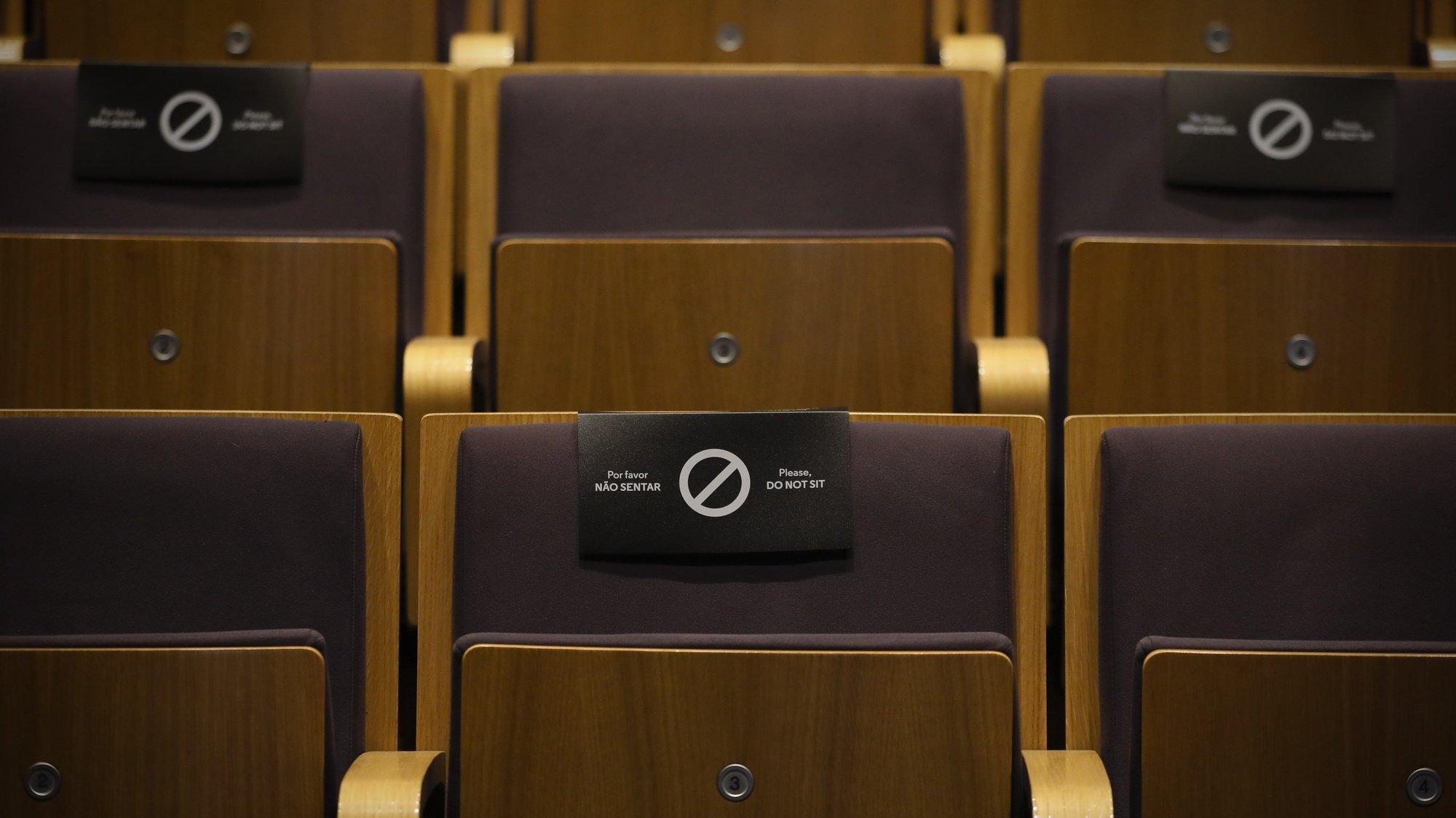 Uma placa numa cadeira alerta para o distanciamento social numa sala de espetáculos  do Teatro Municipal Rivoli, Porto, 28 de julho de 2020. JOSÉ COELHO/LUSA