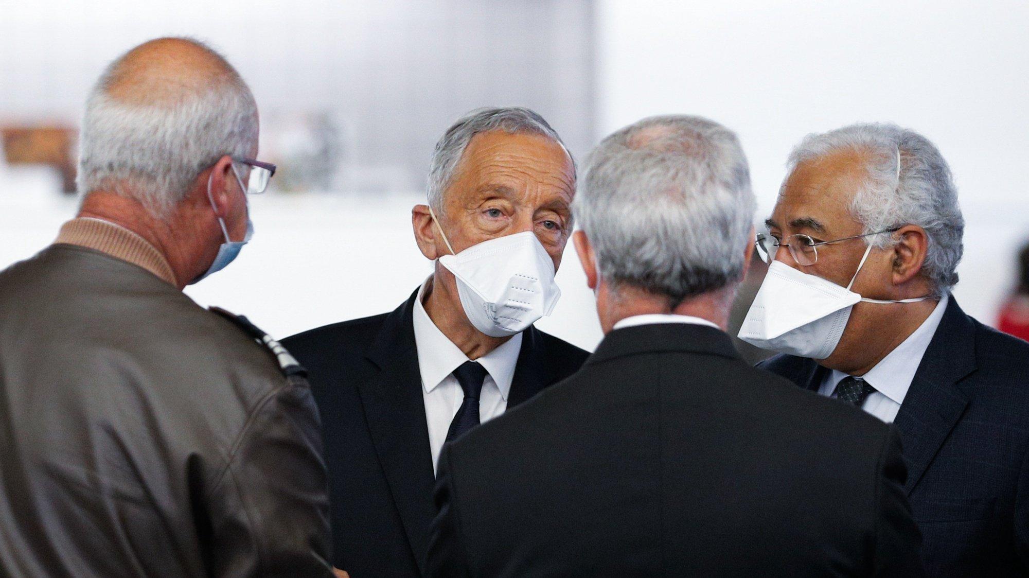 O Presidente da República, Marcelo Rebelo de Sousa (2-E), e o primeiro-ministro, António Costa (D), durante a visita ao Hospital das Forças Armadas, em Lisboa, 26 de janeiro de 2021. ANTÓNIO COTRIM/LUSA