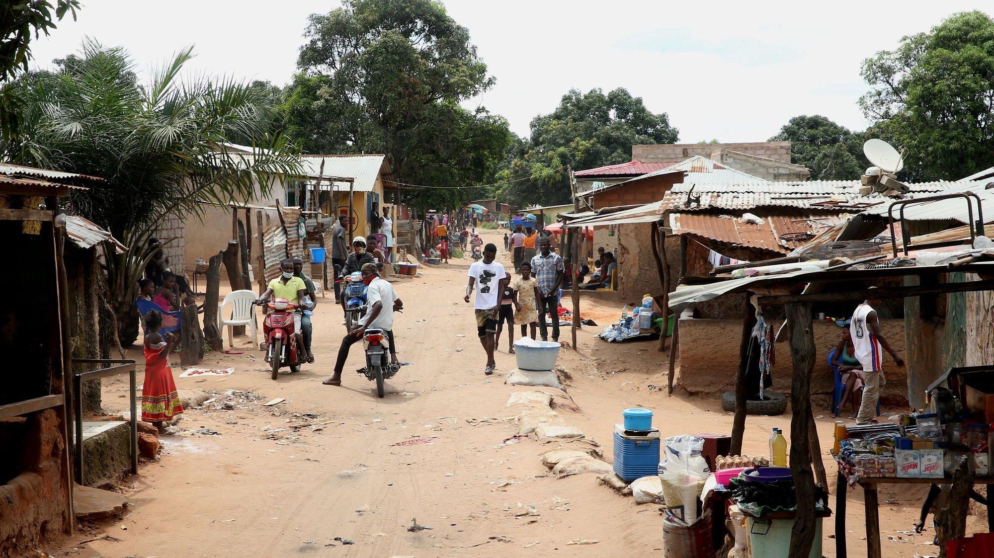 População de Cafunfo, onde a violência ocorrida no sábado resultou em vários mortos, Cuango, Lunda Norte, Angola, 04 de fevereiro de 2021. Os sobas da zona de Cafunfo pedem calma à população, depois da violência ocorrida sábado e que resultou em vários mortos, e afirmam que há estrangeiros envolvidos nos incidentes. (ACOMPANHA TEXTO DA LUSA DO DIA 05 DE FEVEREIRO DE 2021). AMPE ROGÉRIO/LUSA