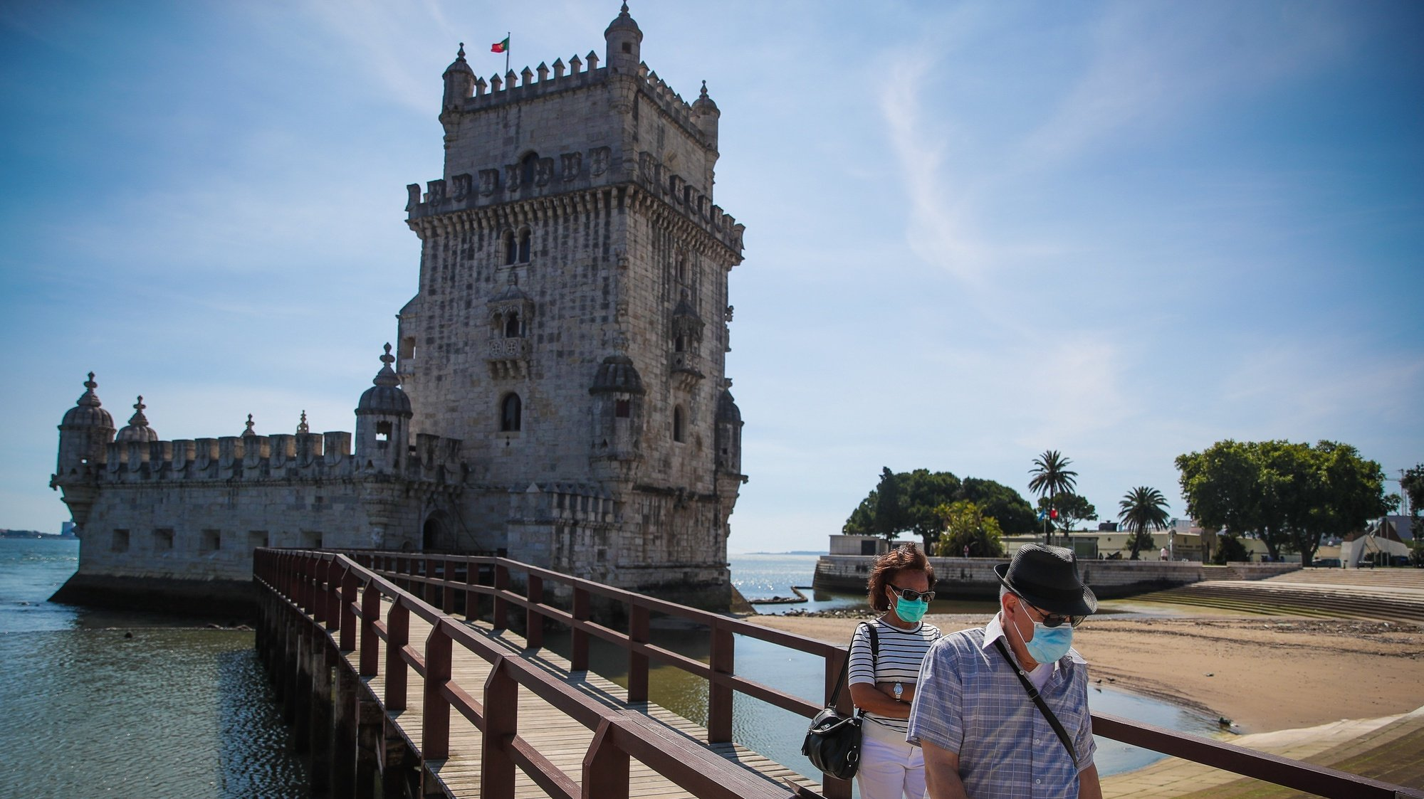 Pessoas visitam a Torre de Belém por ocasião da reabertura ao público no Dia Internacional dos Museus, em Lisboa,18 de maio de 2020. Os espaços museológicos, palácios, monumentos nacionais e galerias de arte estavam encerrados desde 14 de março devido á pandemia da covid-19. MÁRIO CRUZ/LUSA