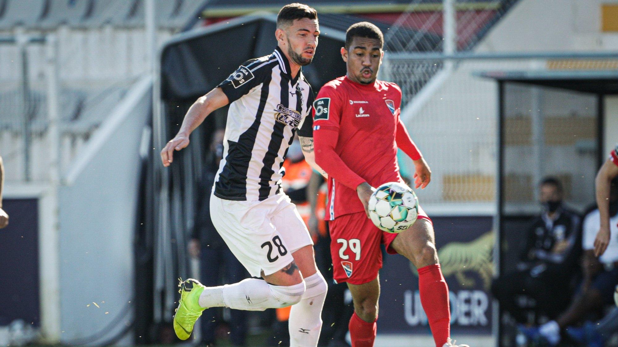O jogador do Portimonense Wilyan (E) disputa a bola com o jogador do Gil Vicente, Samuel Lino, durante o jogo a contar para a Primeira Liga de Futebol realizado no estádio do Portimonense, Portimão, 14 de  fevereiro de 2021 . LUÍS FORRA/LUSA