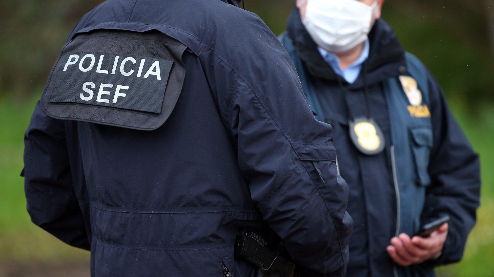 Agentes da GNR e do SEF durante uma operação de controlo na entrada em Portugal pela fronteira do Caia (Elvas). As fronteiras foram repostas desde as 00:00 de domingo, dia 31 de Janeiro, no âmbito das medidas para conter a propagação da covid-19 no território português. Elvas, 31 de janeiro de 2021. NUNO VEIGA/LUSA