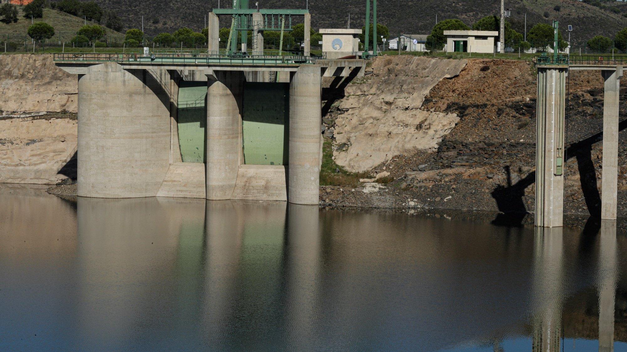 Falta de chuva no Algarve com a Barragem de Odeleite no barlavento algarvio com níveis minimos de água, Castro Marim, 23 de novembro de 2020. A chuva que caiu em outubro e novembro no Algarve aliviou alguma da pressão sobre os agricultores, mas não afastou a possibilidade de racionamento da água das barragens para a agricultura, hipótese que preocupa os agricultores. (ACOMPANHA TEXTO DE 3/12/2020) LUÍS FORRA/LUSA