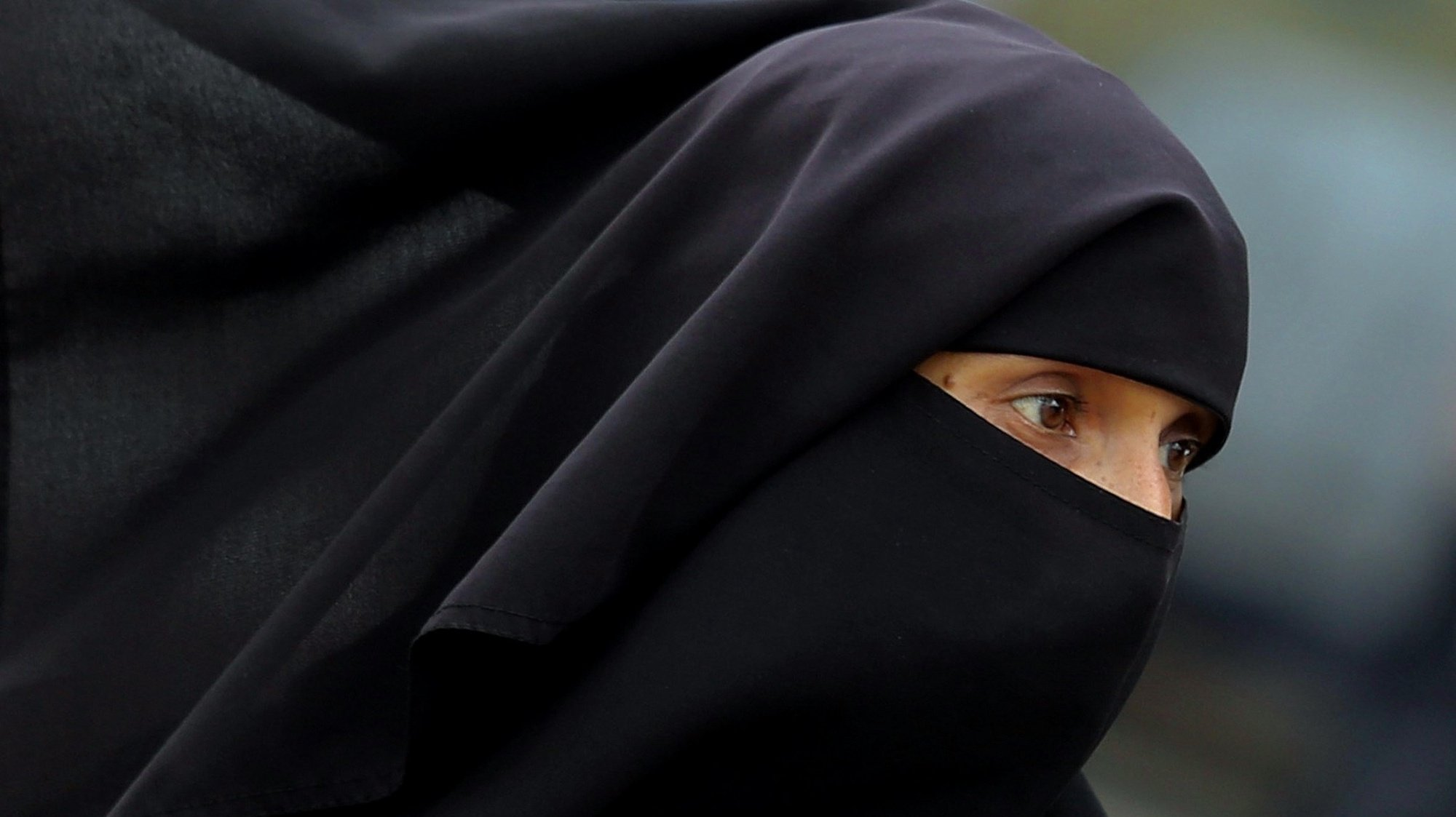 epa06157866 A close-up showing Indian Muslim woman wearing Burkha clad walks down, in Bangalore, India, 23 August 2017. India's Supreme Court on 22 August declared unconstitutional the Muslim practice of triple talaq where a husband can end a marriage unilaterally and instantly by repeating the word 'talaq', meaning 'I divorce', three times.  EPA/JAGADEESH NV