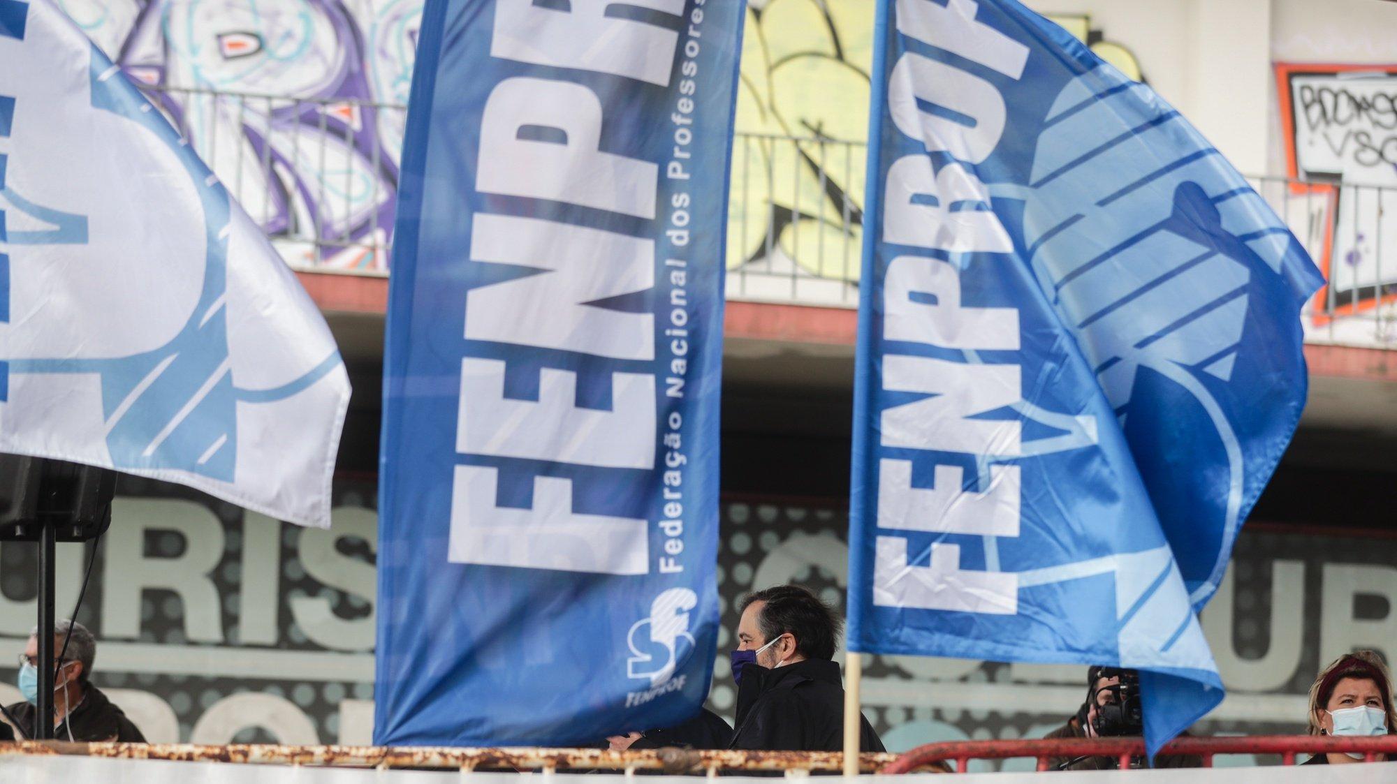 O secretário-geral da Fenprof, Mário Nogueira (C), durante a concentração para entrega de um abaixo-assinado e proposta negocial no Ministério da Educação, contra as vagas que impedem docentes de progredir na carreira, em Lisboa, 23 de fevereiro de 2021. TIAGO PETINGA/LUSA