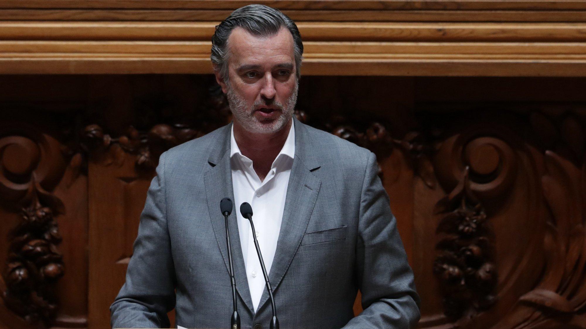 O deputado do Iniciativa Liberal, João Cotrim Figueiredo, intervém durante o debate sobre o pedido de autorização de renovação do Estado de Emergência na Assembleia da Repúlica em Lisboa, 25 de março de 2021. TIAGO PETINGA/LUSA