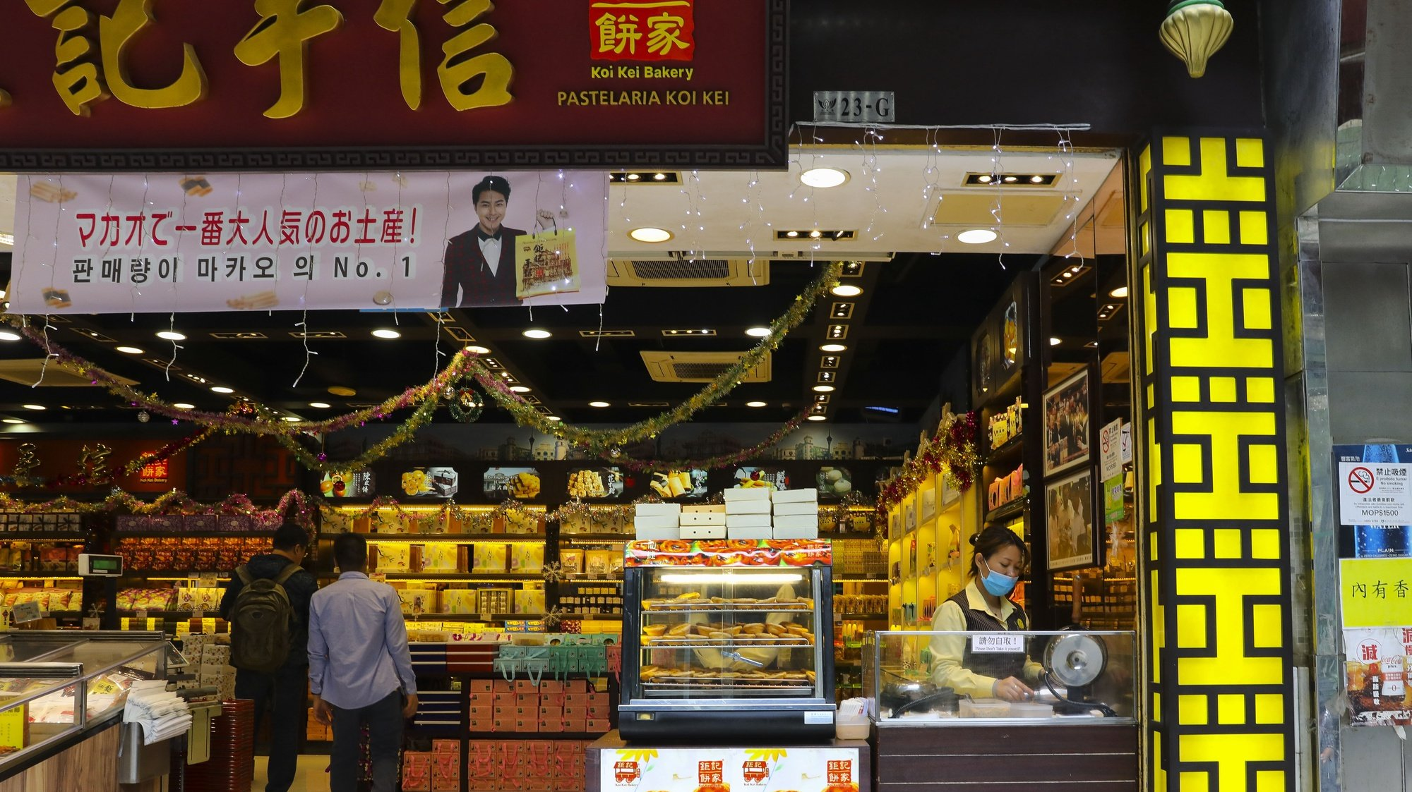 Pastelaria que entre outros produtos, vende pasteis de nata numa rua em Macau, China.17 de dezembro de 2019. JOÃO RELVAS/LUSA