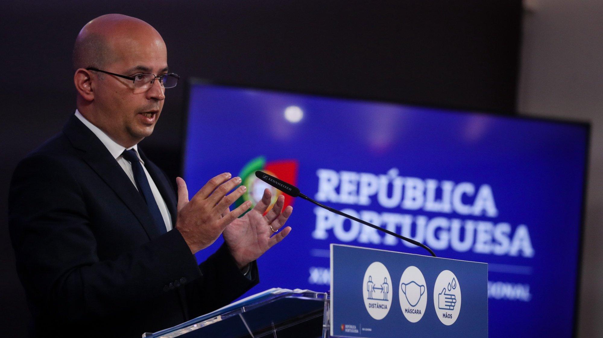 O ministro de Estado e das Finanças, João Leão, durante uma declaração sobre o Programa de Estabilidade 2021-2025, após a aprovação em Conselho de Ministros, no Centro Cultural de Belém, em Lisboa, 15 de abril de 2021. TIAGO PETINGA/LUSA