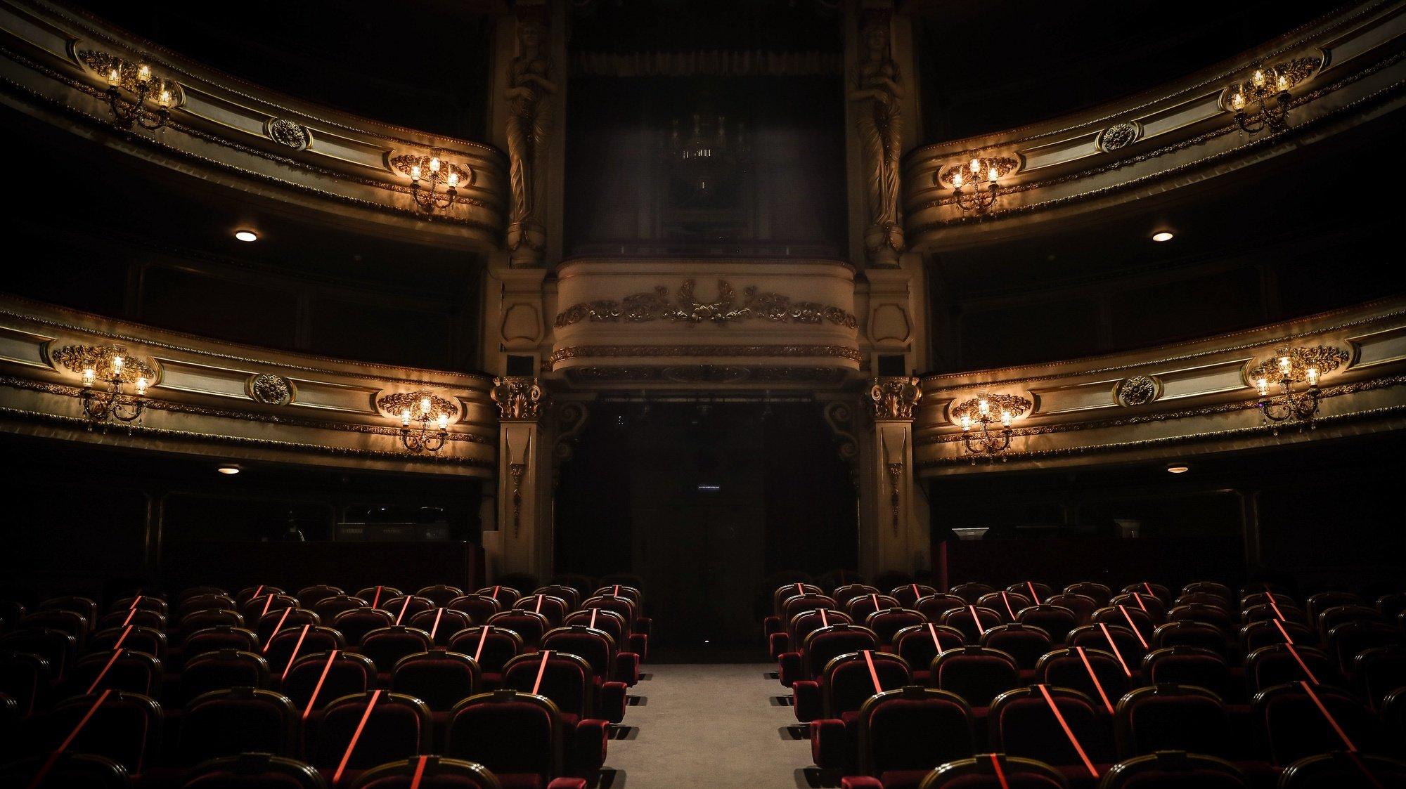 """Cadeiras interditas para a visualização da peça """"Catarina e a beleza de matar fascistas"""" antes da reabertura ao público, no âmbito das novas medidas de desconfinamento relacionadas com a pandemia da covid-19, no Teatro Nacional D. Maria II , em Lisboa, 19 de abril de 2021. (ACOMPANHA TEXTO) MÁRIO CRUZ/LUSA"""