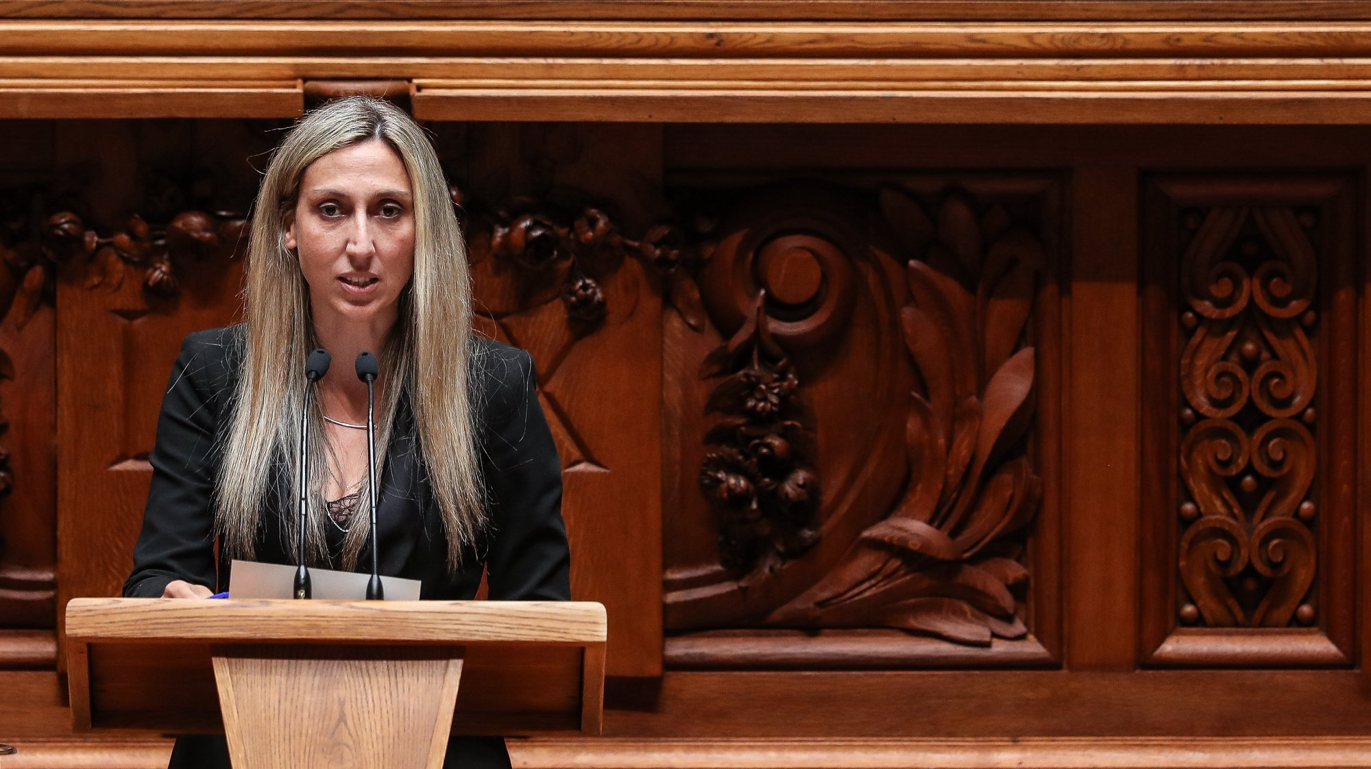 A deputada não inscrita, Cristina Rodrigues, intervém durante o debate parlamentar que tem como tema principal o teletrabalho, na Assembleia da República, em Lisboa, 5 de maio de 2021. MÁRIO CRUZ/LUSA