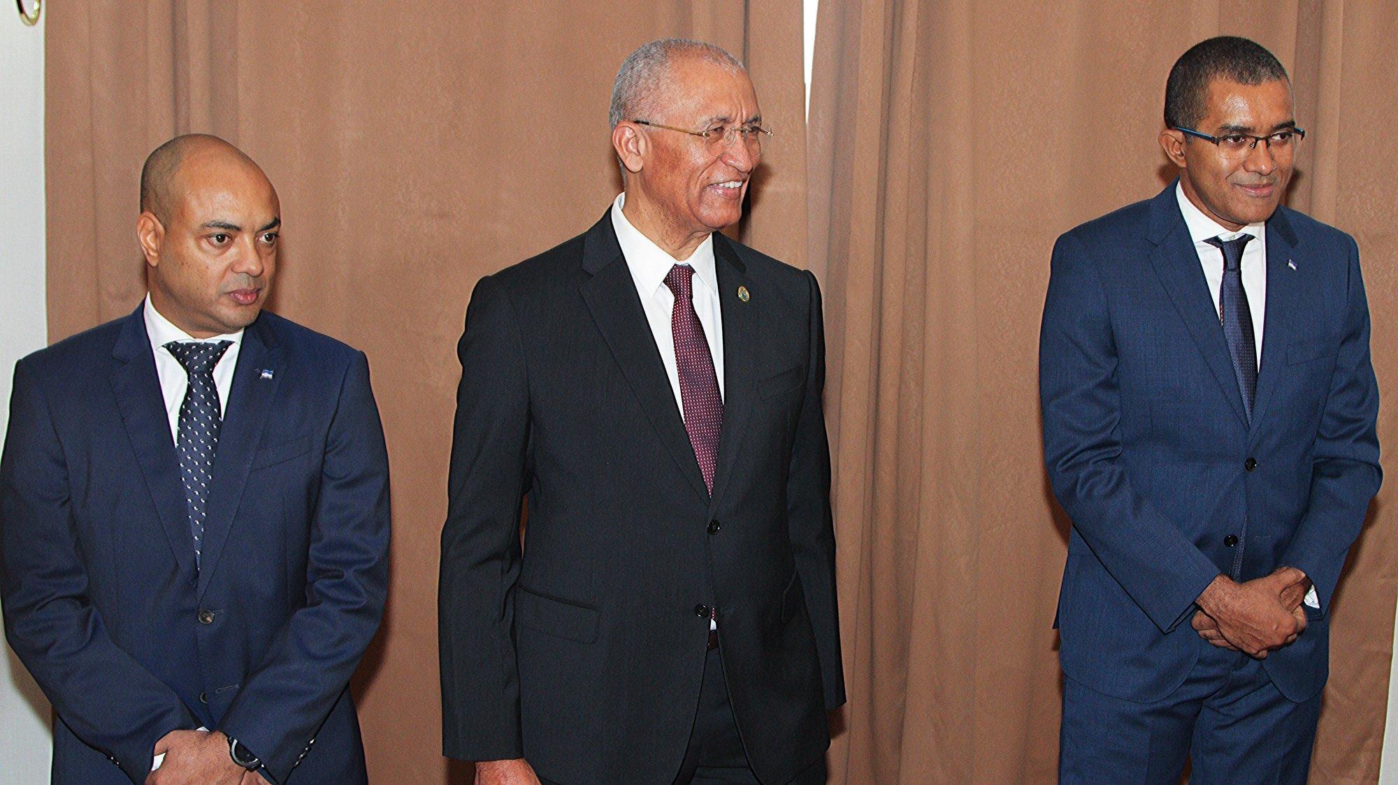 Cerimónia de tomada de posse de três novos ministros do governo caboverdiano: Rui Figueiredo Soares (C) como ministro-adjunto do primeiro-ministro e da Integração Regional, Paulo Veiga (E) como ministro da Economia Marítima e Carlos Santos como ministro do Turismo e Transportes Marítimos, Cidade da Praia, Cabo Verde, 10 de janeiro de 2020.  FERNANDO DE PINA/LUSA