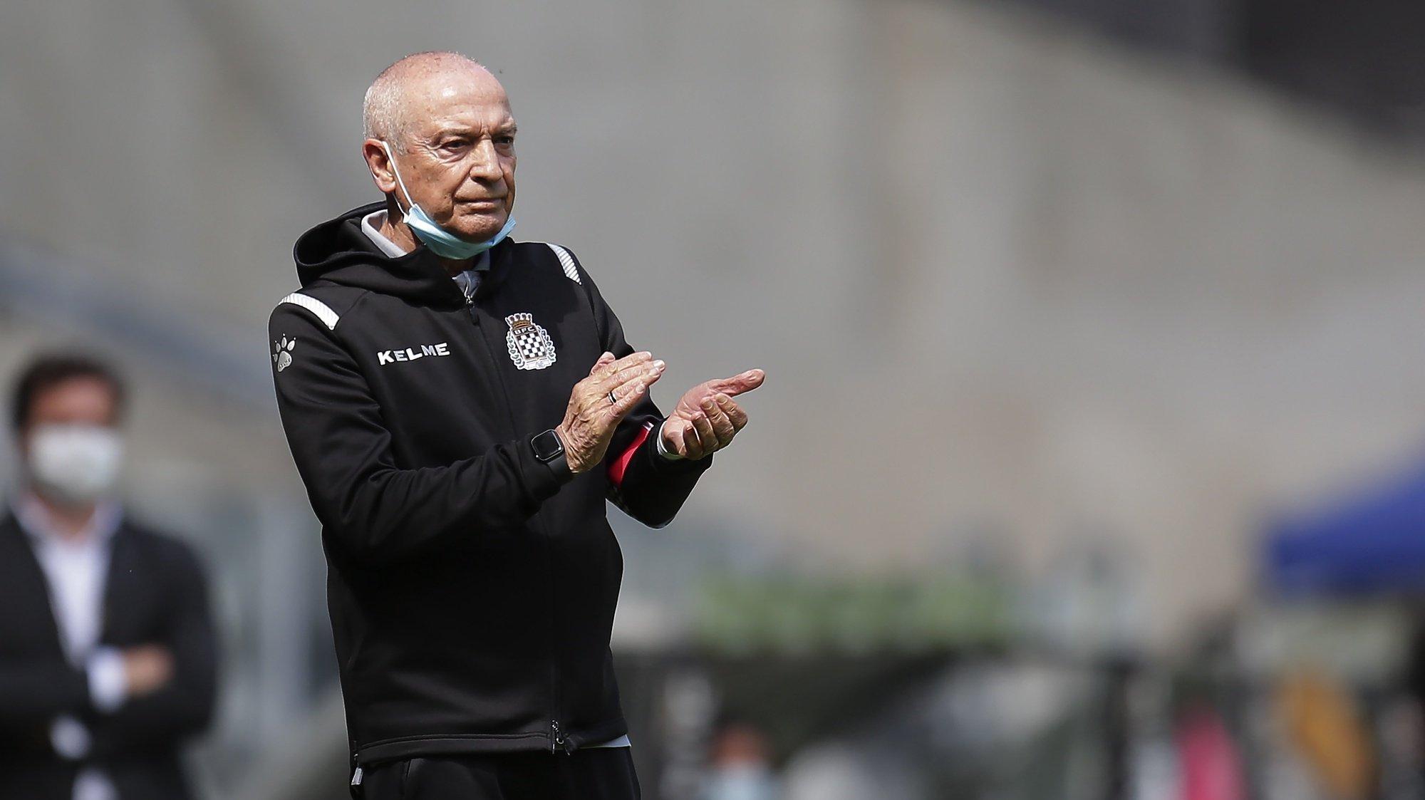 O treinador do Boavista, Jesualdo Ferreira, reage durante o jogo da Primeira Liga de Futebol, entre o Boavista e o Marítimo, realizado no Estádio do Bessa, no Porto, 25 de abril de 2021. MANUEL FERNANDO ARAÚJO/LUSA
