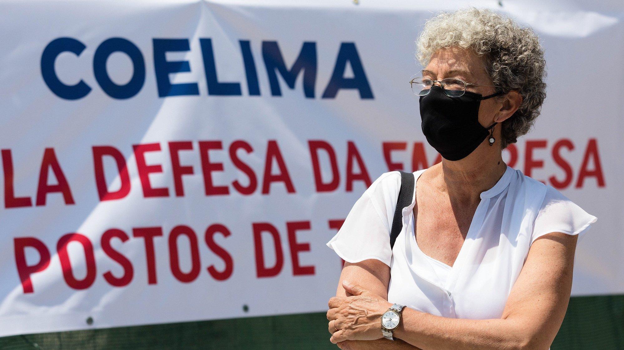"""A secretária-geral da CGTP-IN, Isabel Camarinha, participa num plenário de trabalhadores da Coelima - Indústrias Têxteis convocado pela Comissão Sindical da Empresa, Sindicato Têxtil do Minho e Trás-os-Montes, na sequência da """"não apresentação de um plano de insolvência que previa a continuidade da empresa"""",  no exterior das instalações da empresa em Guimarães, 31 de maio de 2021. JOSÉ COELHO/LUSA"""