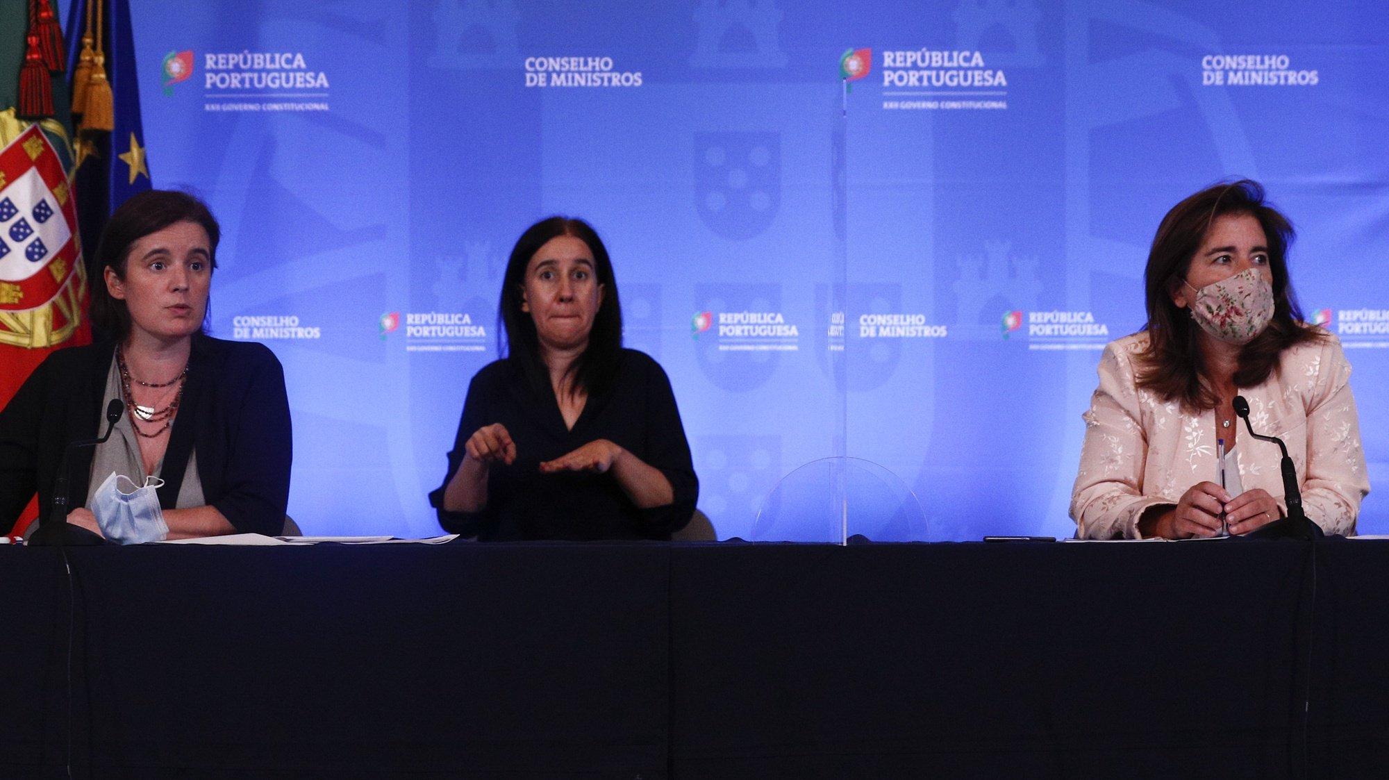 A ministra da Presidência e da Modernização Administrativa, Mariana Vieira da Silva, acompanhada pela ministra do Trabalho e da Segurança Social, Ana Mendes Godinho (D), durante a conferência de imprensa no final da reunião do Conselho de Ministros, que decorreu no Palácio da Ajuda, em Lisboa, 01 de julho de 2021. ANTÓNIO COTRIM/LUSA