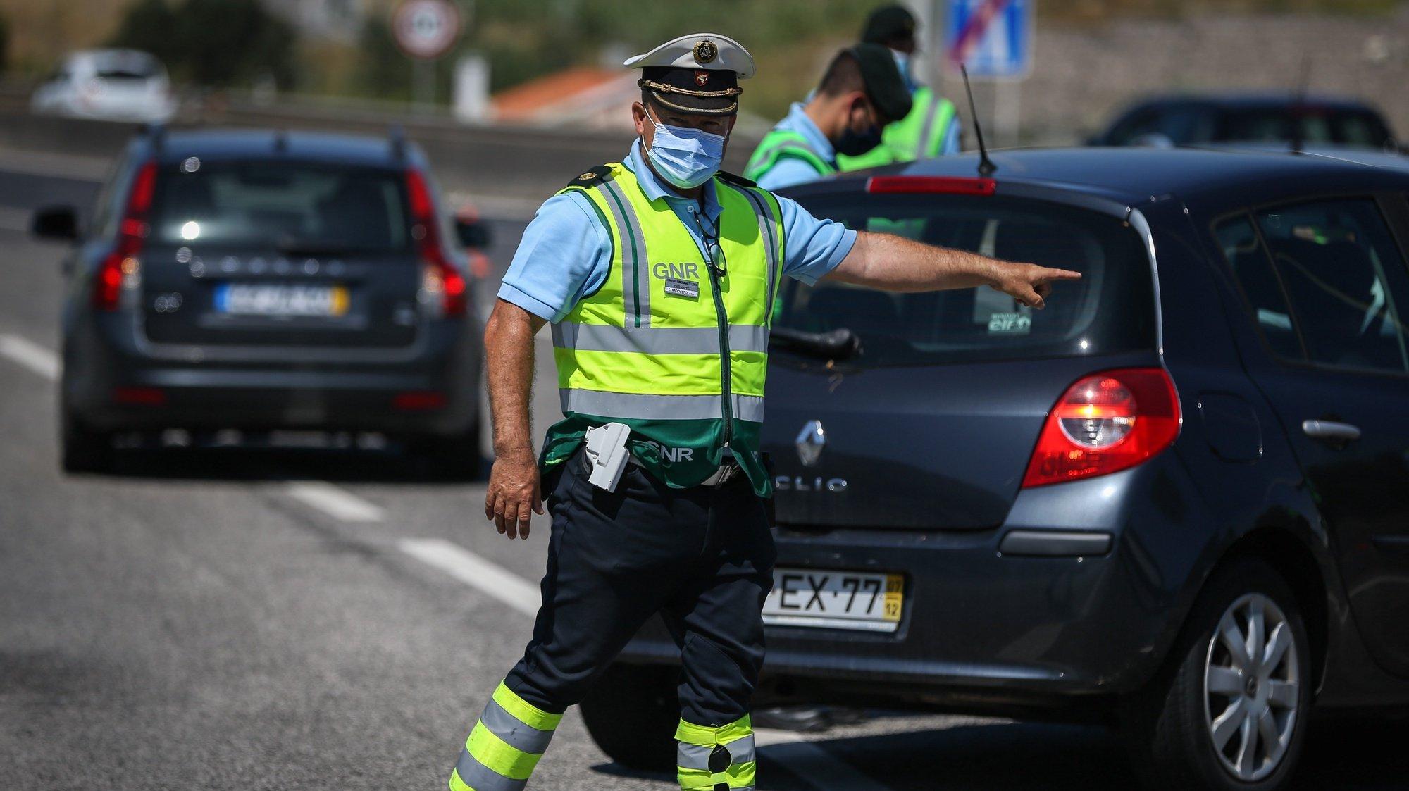 Um elemento da Guarda Nacional Republicana (GNR), durante a operação de fiscalização no âmbito das novas medidas covid-19 para a Área Metropolitana de Lisboa (AML), nas portagens de Alverca, em Alverca, 25 de junho de 2021. RODRIGO ANTUNES/LUSA