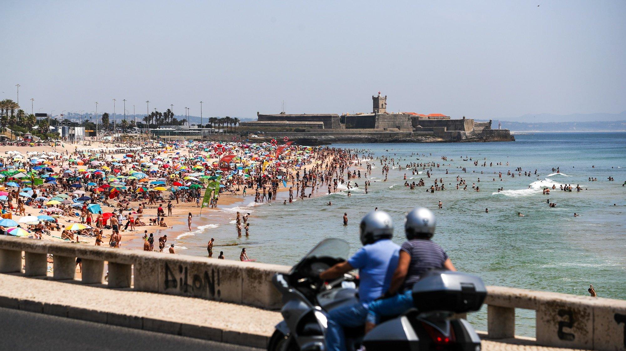 Populares frequentam a praia de Carcavelos, em Cascais, 10 de junho de 2021. Devido às altas temperaturas, a afluência foi muito alta nas praias da Linha do Estoril. JOSE SENA GOULAO/LUSA