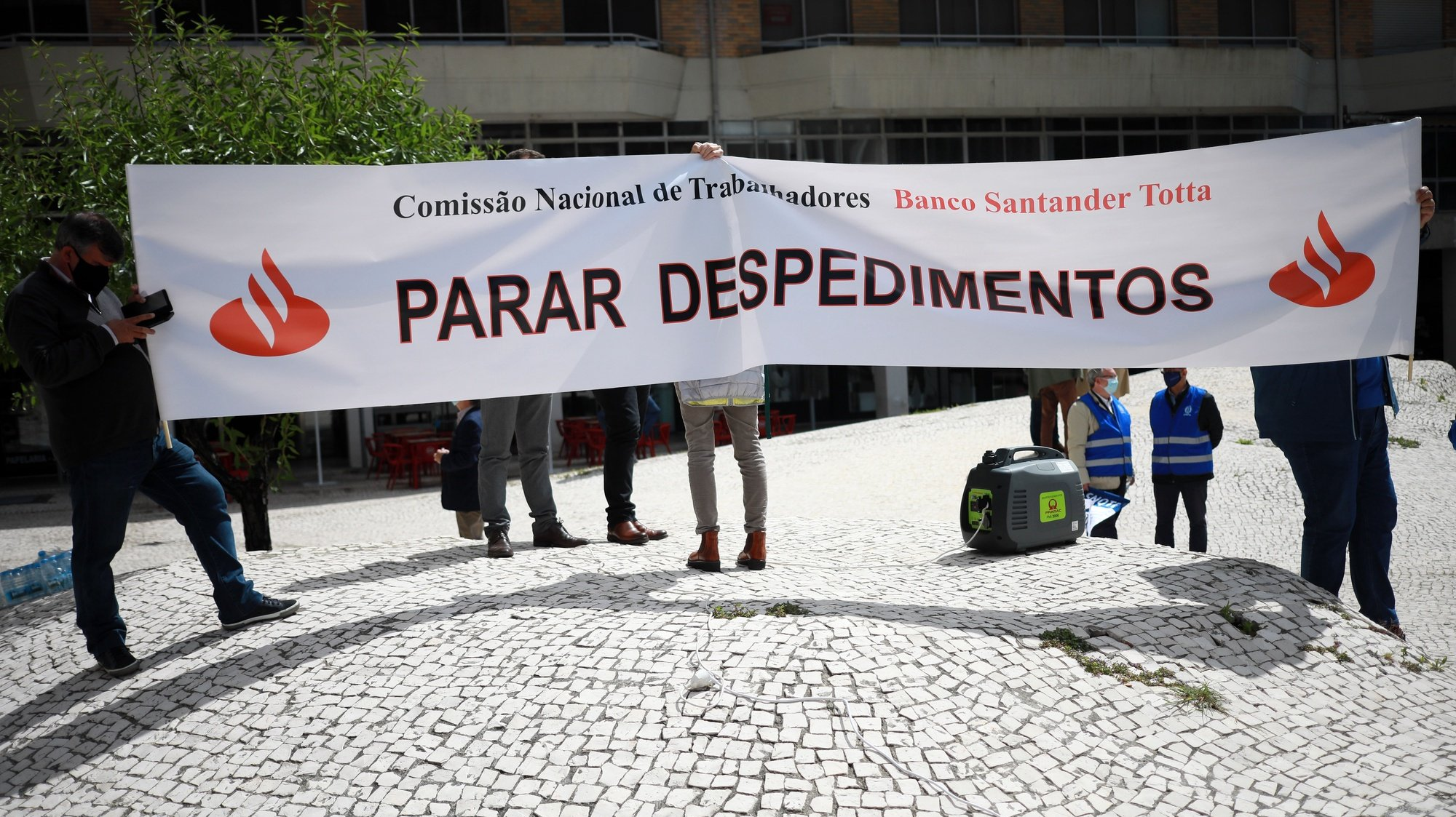Trabalhadores do Banco Santander Totta manifestam-se contra o processo unilateral de despedimento de 100 a 150 trabalhadores anunciado pelo banco, no Porto, 12 de maio de 2021. ESTELA SILVA/LUSA
