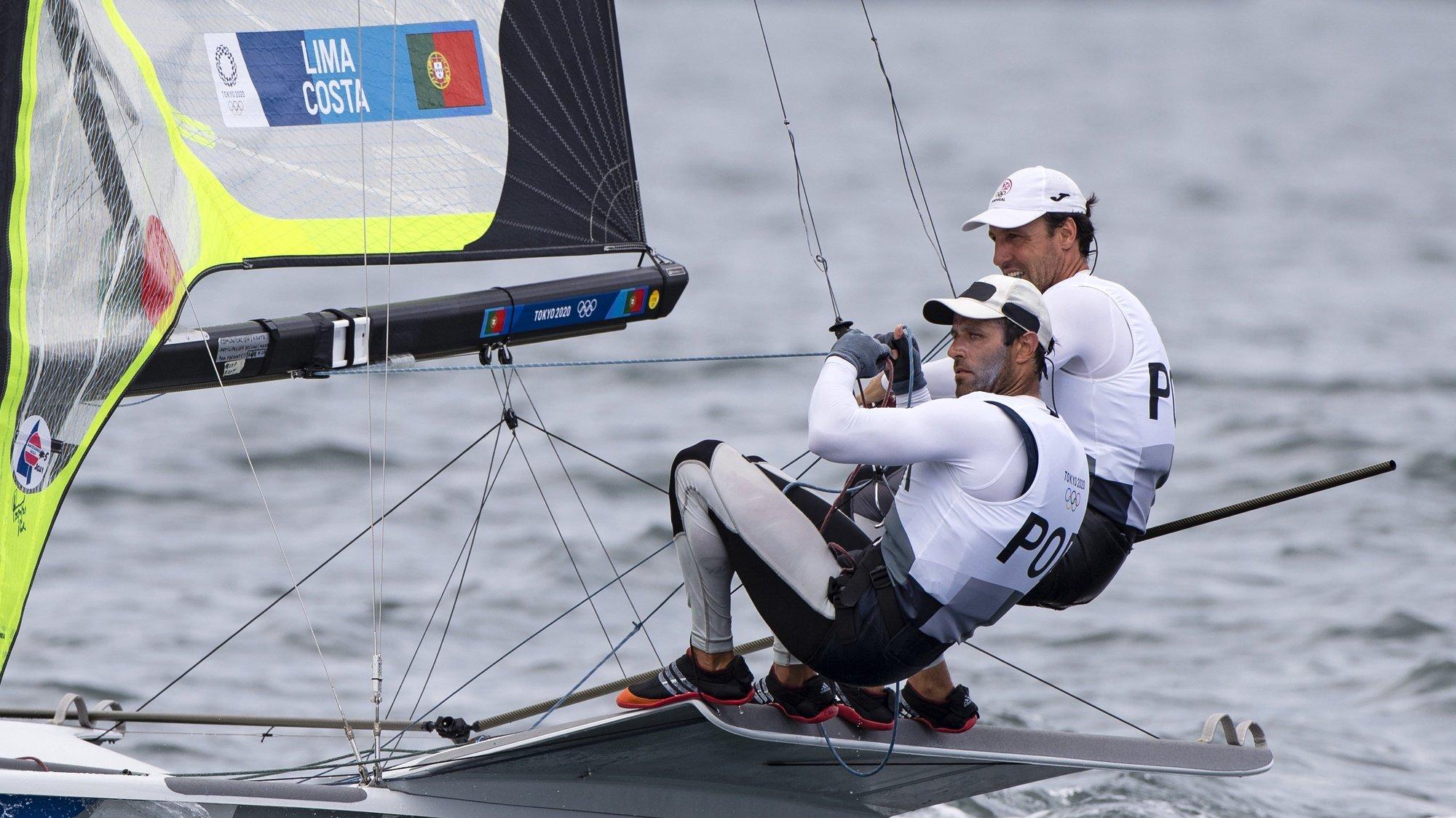 Os velejadores portugueses, Jorge Lima e José Costa competem na categoria 49er, Tóquio, Japão, 30 de julho de 2021. Jorge Lima e José Costa ganharam a segunda regata do dia da Classe 49er na Vela. Com este resultado, o duo português sobe ao sexto posto na geral, bem dentro da zona de qualificação para a 'Medal Race'. JOSÉ COELHO/LUSA