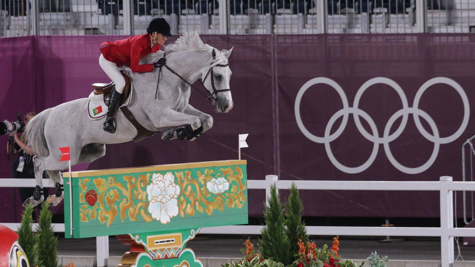A cavaleira portuguesa, Luciana Diniz, montando o cavalo Vertigo du Desert, em ação na prova equestre de saltos de obstáculos individual, dos Jogos Olimpicos de Tóquio2020, no Parque Equestre de Tóquio, 03 de agosto de 2021. TIAGO PETINGA/LUSA