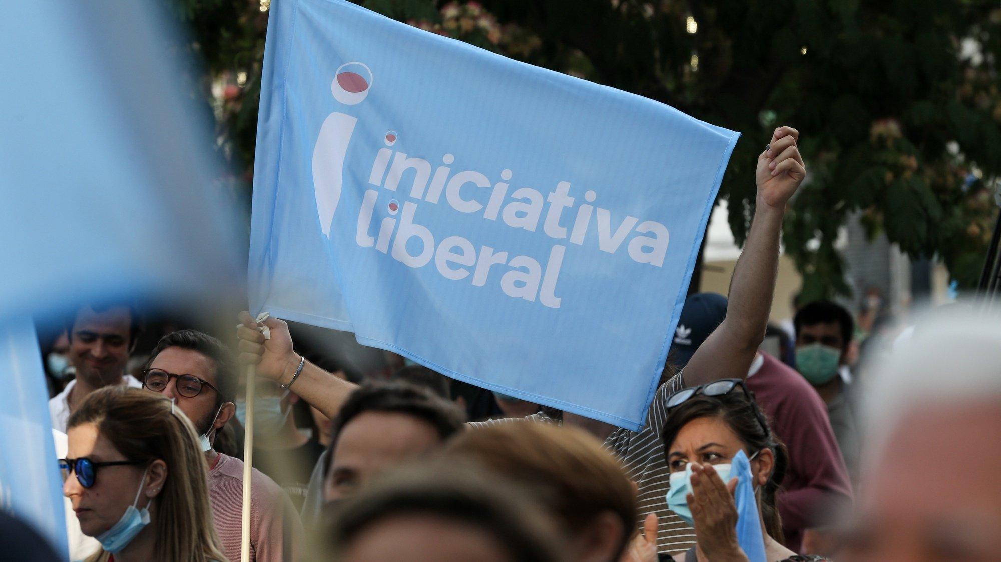 Apoiantes da Iniciativa Liberal durante o arraial promovido pelo partido, no Largo Vitorino Damásio, em Lisboa, 12 de junho de 2021. O partido promove o arraial com música, DJ, animação, barraquinhas, e discursos políticos. MANUEL DE ALMEIDA/LUSA