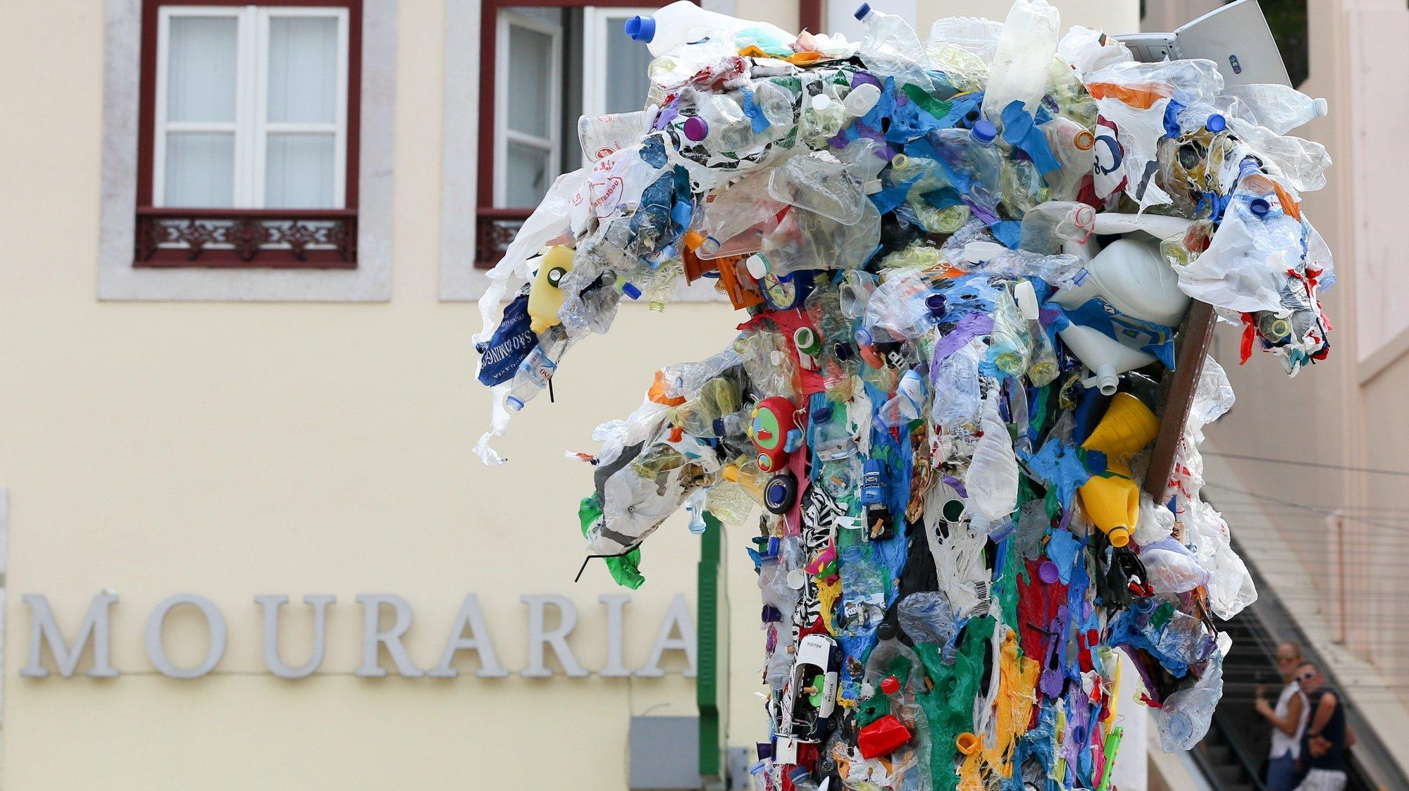 Pormenor da estátua Re-Volta, um resultado escultórico do Manifesto Lixo Zero, com 4 metros de altura e, constituída por diversos materiais descartáveis e descartados, essencialmente de plástico, beatas e outros que  foram recolhidos em praias, ruas, doados por particulares, comércios e outras entidades que também trabalham a causa do lixo e da sua mitigação, durante a inauguração na Mouraria, em Lisboa, 19 de setembro de 2019. MANUEL DE ALMEIDA/LUSA