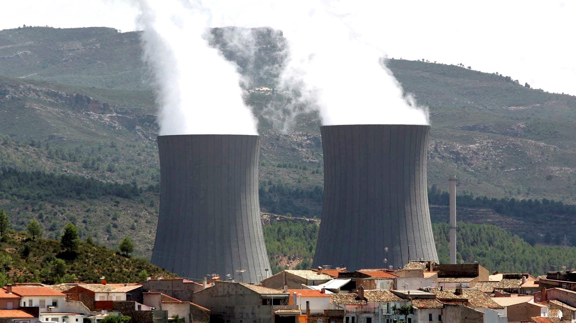 epa02636249 (FILES) File photo dated 08 August 2005 of a view of the cooling towers of the Cofrentes' nuclear plant close to Cofrentes village, Valencia region, eastern Spain. Spanish Industry Minister, Miguel Sebastian announced on 16 March 2011 at Lower House of Spanish Parliament that his ministry will  the 10-years extension of operating of the Cofrentes nuclear plant, which was approved by Government on 10 March 2011, one day before the Japan's earthquake. Sebastian added the conditions of extension's agreement will be looked over to study if there is neccesary to implement complementary safety measures.  EPA/KAI FOERSTERLING