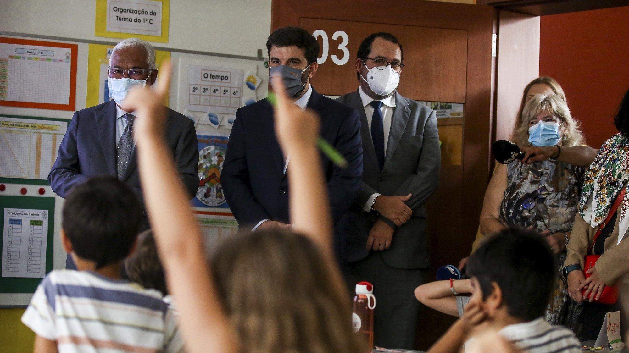 O primeiro-ministro, António Costa (E), acompanhado pelo ministro da Educação, Tiago Brandão Rodrigues (2E), visita o Agrupamento de Escolas Dona Filipa de Lencastre em Lisboa, 15 de setembro de 2021. NUNO FOX/LUSA