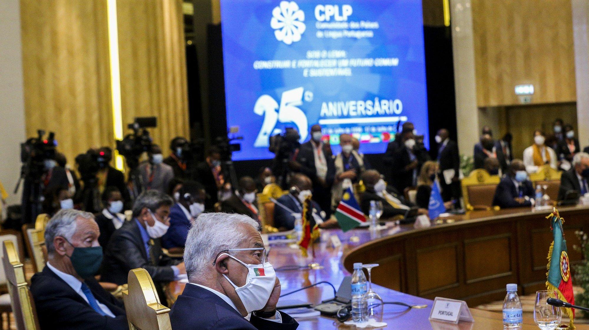 O primeiro-ministro de Portugal, António Costa (D), acompanhado pelo Presidente da República, Marcelo Rebelo de Sousa (E), participa na XIII Conferência de Chefes de Estado e de Governo da Comunidade dos Países de Língua Portuguesa (CPLP), em Luanda, Angola, 17 de julho de 2021. AMPE ROGÉRIO/LUSA