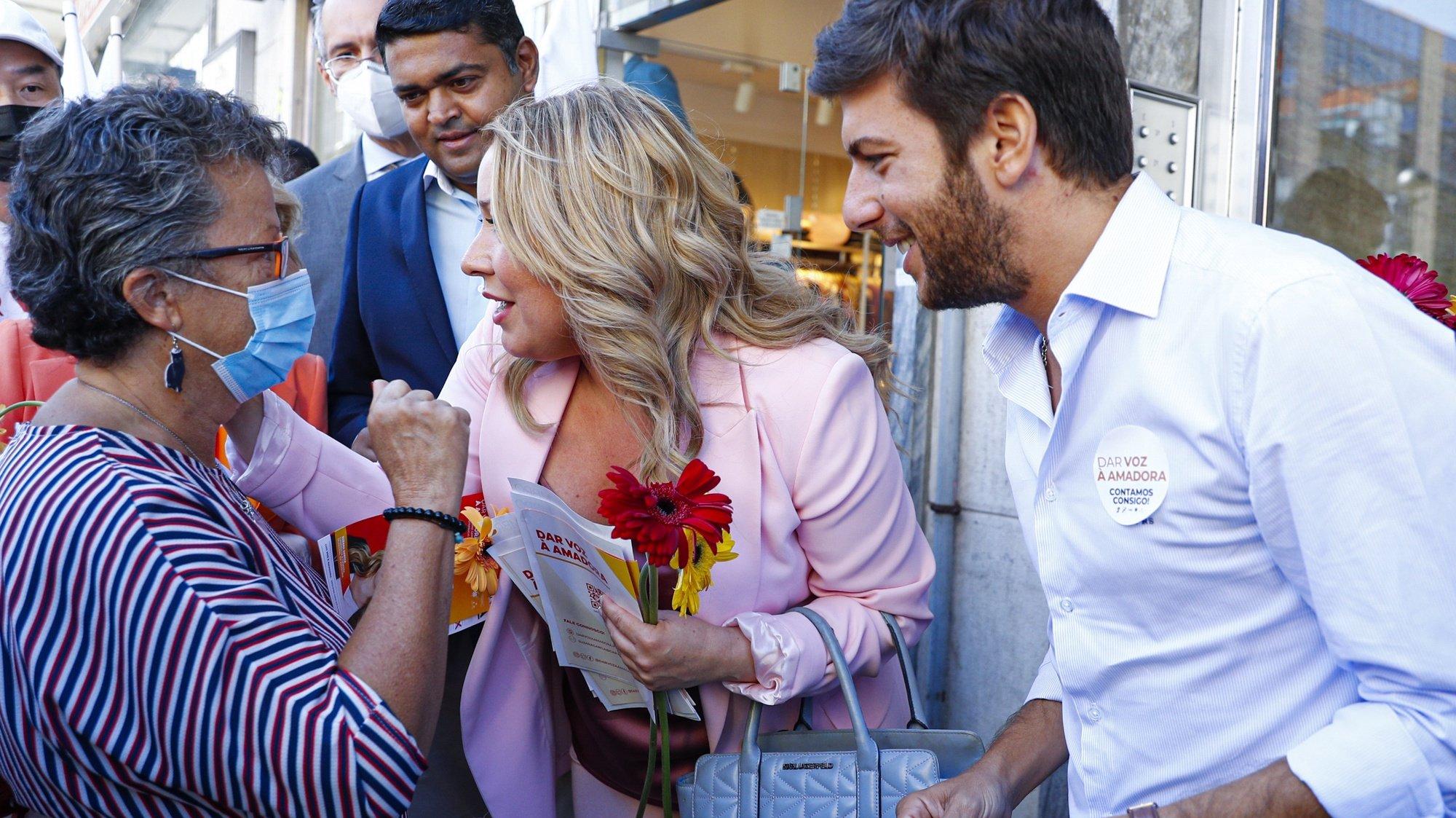 O presidente do CDS-PP, Francisco Rodrigues dos Santos (D), e a candidata à Câmara Municipal da Amadora pela coligação PSD, CDS-PP, Partido Democrático Republicano (PDR), Aliança e Partido da Terra (MPT), Suzana Garcia (2-D), conversam com uma popular, durante uma arruada pelas ruas da Amadora no âmbito da campanha para as eleições autárquicas 2021, na Amadora, 22 de setembro de 2021. No próximo dia 26 de setembro mais de 9,3 milhões eleitores podem  votar para eleger os seus representantes locais. ANTÓNIO COTRIM/LUSA