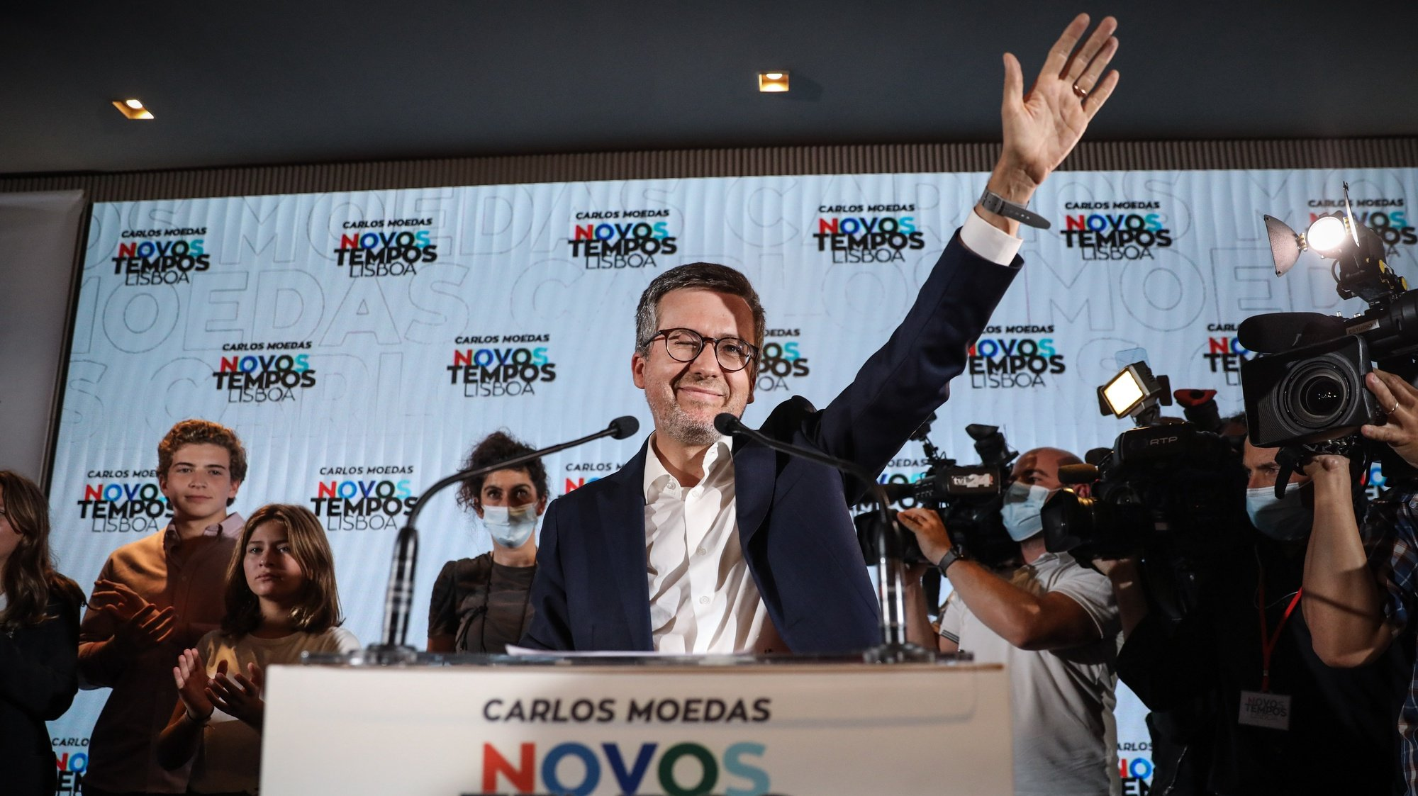 epaselect epa09490752 The candidate of the Coalition 'Novos Tempos Lisboa' (PSD/CDS-PP/PPM/MPT/Alianca) Carlos Moedas (C) addresses the media after being elected as Mayor of Lisbon, in Lisbon, Portugal, 27 September 2021.  EPA/RODRIGO ANTUNES
