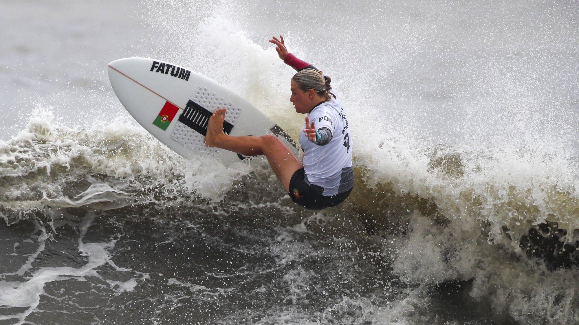 A portuguesa Yolanda Sequeira em ação nos quartos de final do surf olímpico de Tóquio2020, na praia de Tsurigasaki, em Chiba, a cerca de 100 quilómetros de Tóquio, Japão, 27 de julho de 2021. A portuguesa Yolanda Sequeira foi hoje eliminada da primeira prova olímpica de surf pela sul-africana Bianca Buitendag. JOSÉ COELHO/LUSA