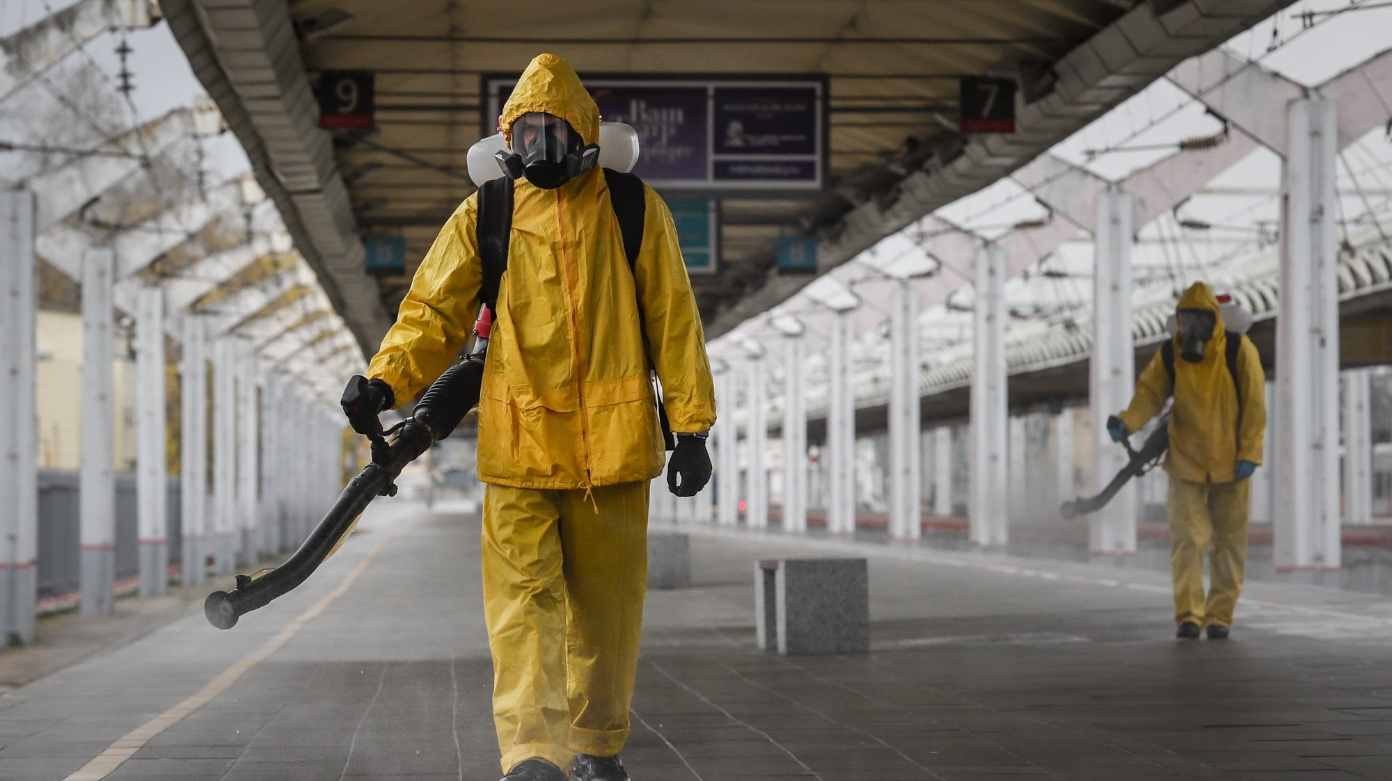 epaselect epa09531810 Worker from the Russian Ministry of Emergency Situations wearing protective suits conduct disinfecting works at Leningradsky Railway Station amid the ongoing coronavirus disease (COVID-19) pandemic in Moscow, Russia, 19 October 2021. Russia is facing a new wave of COVID-19 infections, with additional 998 coronavirus-related deaths reported on 18 October, bringing the official death toll to 22,4310.  EPA/YURI KOCHETKOV