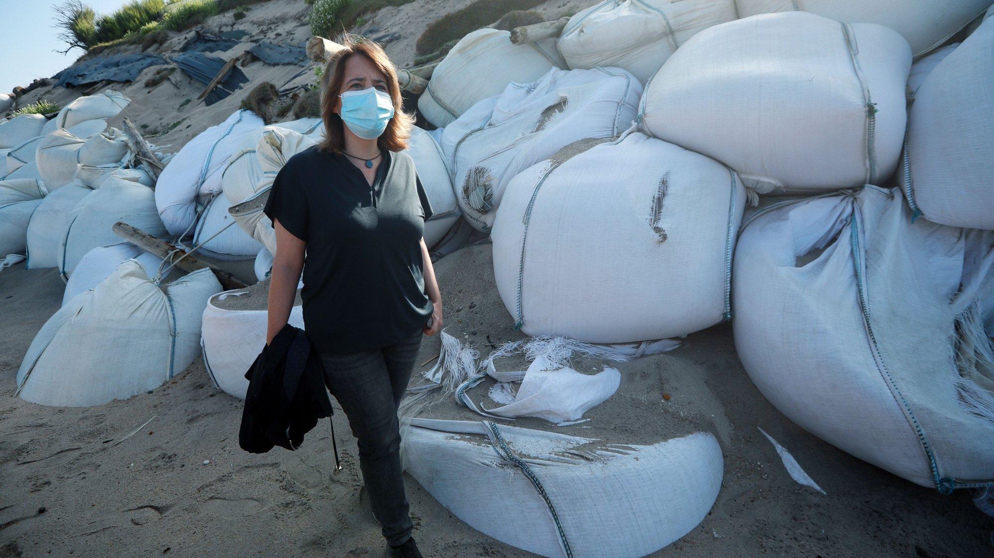 A coordenadora do Bloco de Esquerda (BE), Catarina Martins, visita a praia onde foram colocados sacos de areia para conter o avanço do mar mas que estão a causar problemas de resíduos no areal, com riscos para ambiente e biodiversidade, Póvoa de Varzim, 26 de julho de 2021. ESTELA SILVA/LUSA