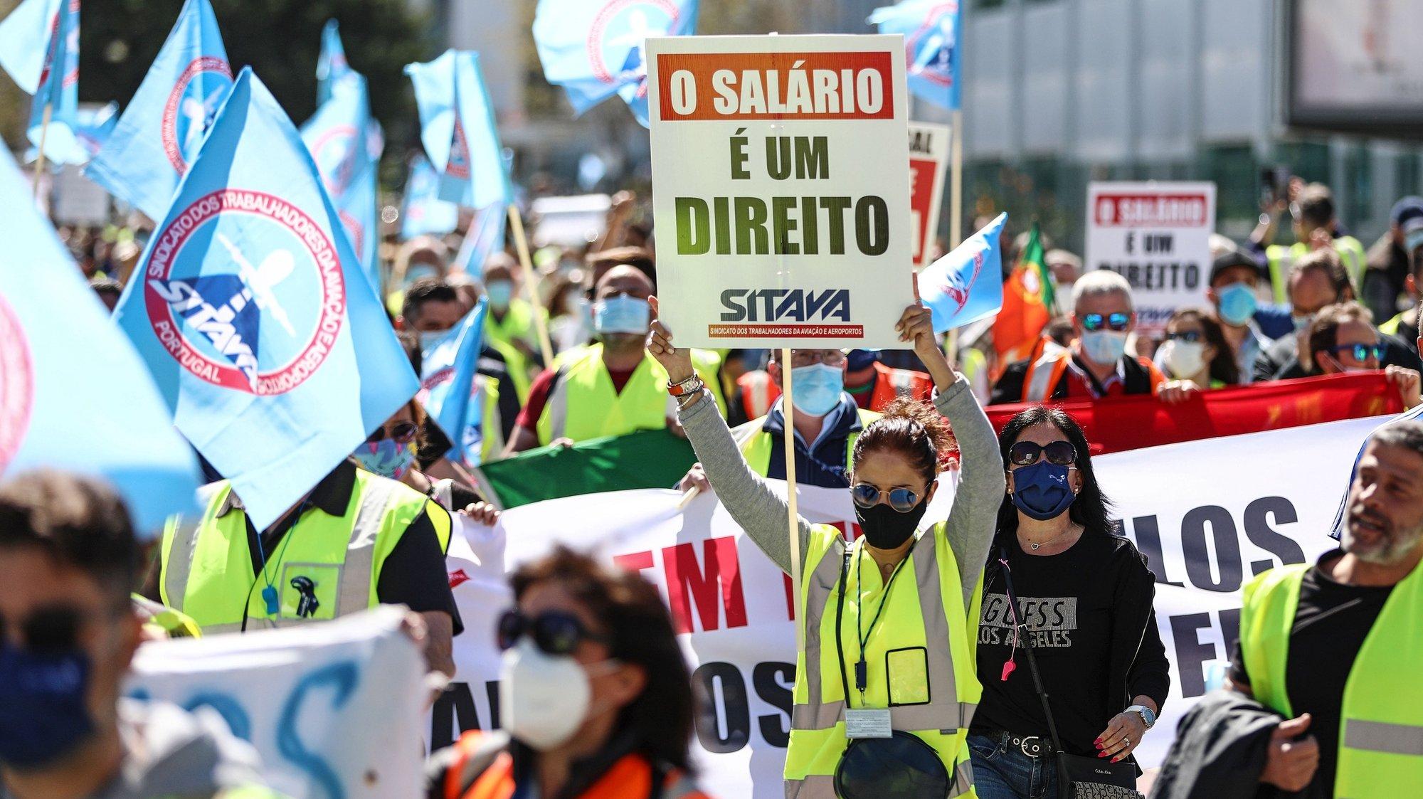 Trabalhadores da SPdH/Groundforce manifestam-se junto ao Aeroporto Humberto Delgado, em Lisboa, 18 de Março de 2021. O protesto convocado pela Comissão de Trabalhadores prende-se com o não pagamento de salários e os despedimentos anunciados. ANTÓNIO PEDRO SANTOS/LUSA