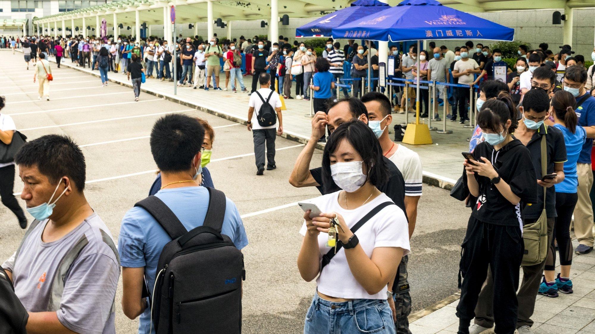 O aparecimento de novos casos e o risco de Macau registar pela primeira vez um surto comunitário, obrigou o Governo a avançar com os testes massivos a quase 670 mil pessoas que vivem em Macau, onde pouco mais de um terço da população ainda não se vacinou, apesar da vacina ser gratuita, de não faltarem vacinas e até escolha, Macau, China, 4 de agosto de 2021.Macau detetou 63 casos desde o início da pandemia, não registando qualquer morte. Nenhum profissional de saúde foi infetado ou identificado qualquer surto comunitário. TATIANA LAGES