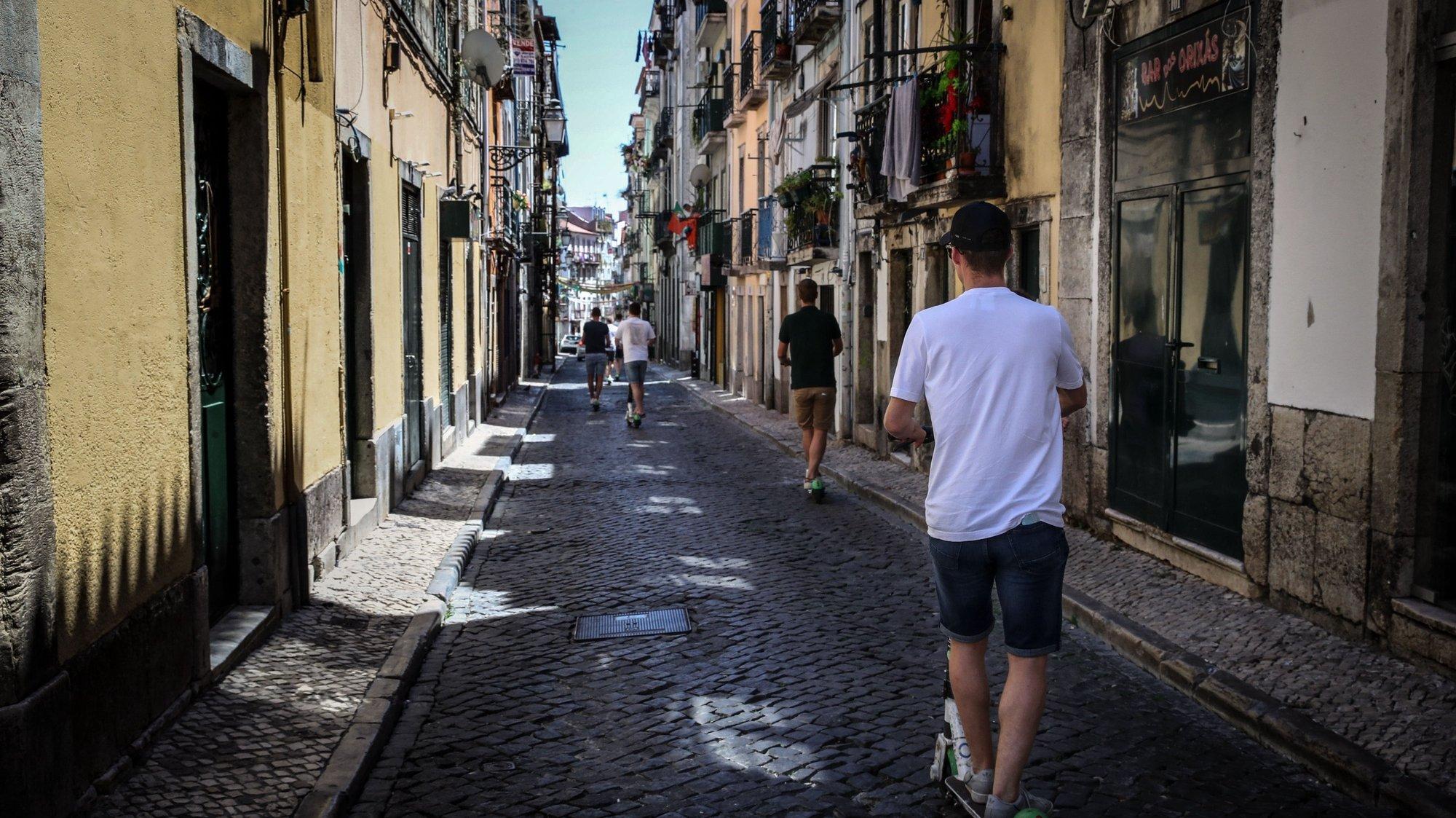 Reportagem no Bairro Alto sobre o fecho dos bares e impacto para os empresários, moradores e comércio local que continuam quase sem clientes na sequência da pandemia da covid-19, em Lisboa, 19 de junho de 2020. (ACOMPANHA TEXTO DE 20 DE JUNHO DE 2020). MANUEL DE ALMEIDA/LUSA