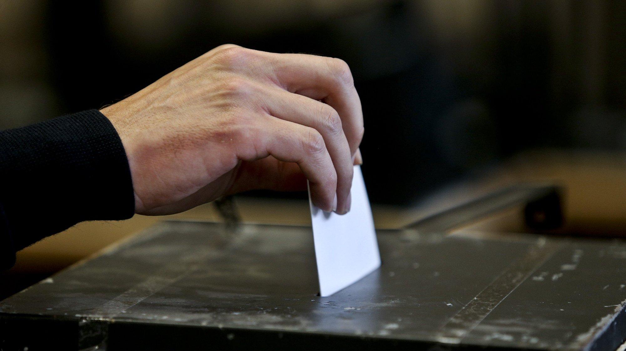 Um eleitor exerce o seu direito de voto nas Eleições Legislativas de 2015 esta manhã em Lisboa, 4 de outubro de 2015. MIGUEL A. LOPES/ LUSA